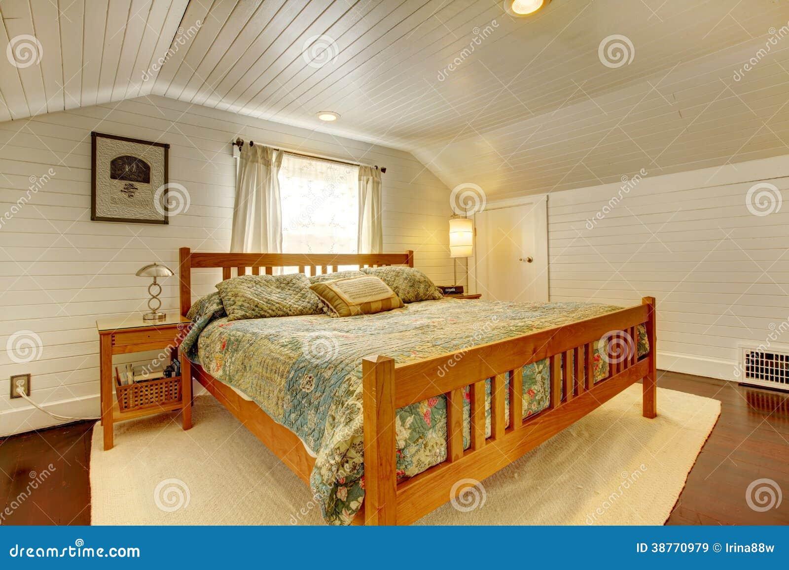 Chambre à coucher lambrissée par planche en bois images libres de ...