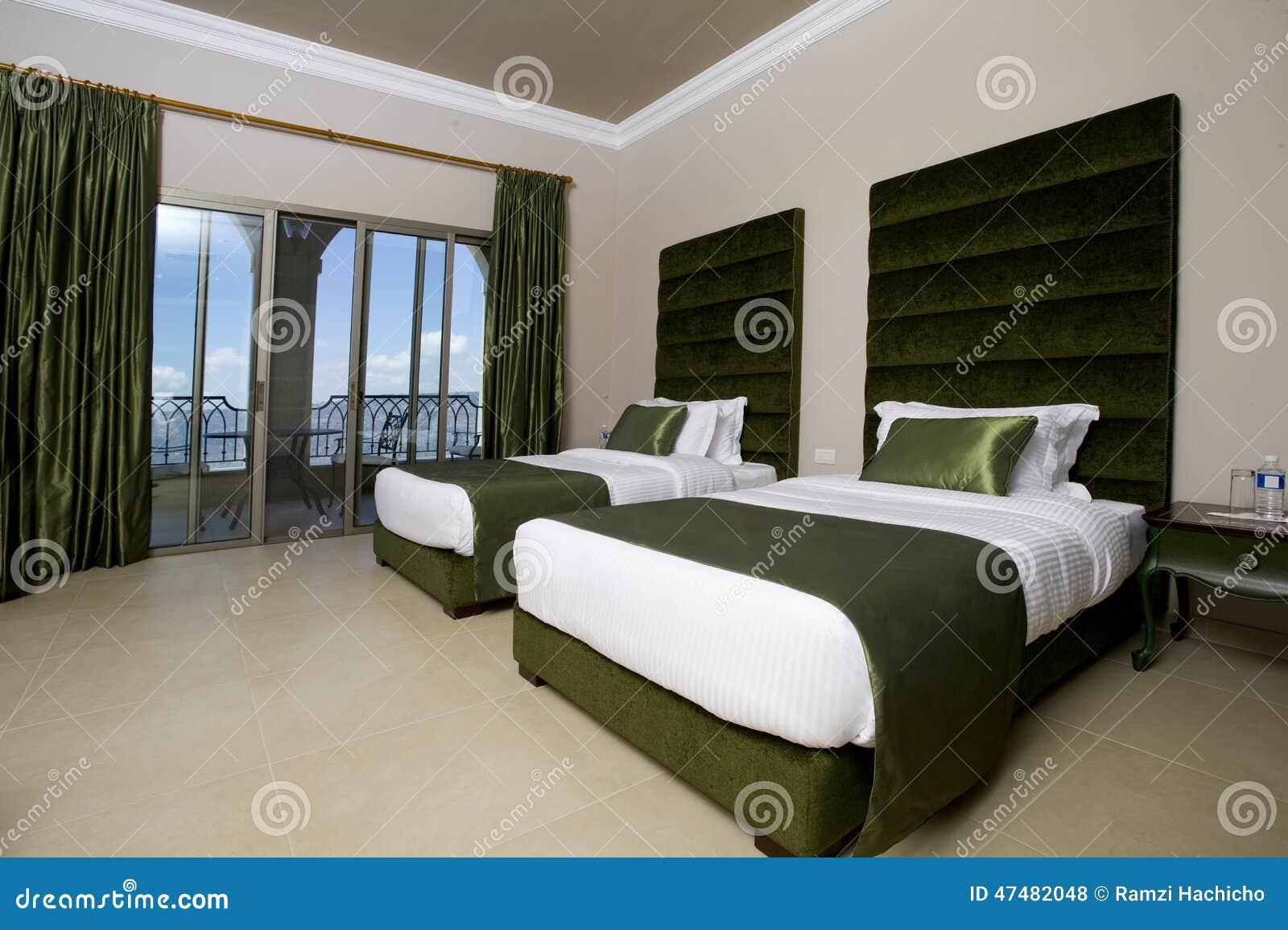 Chambre à coucher luxueuse d'hôtel avec des balcons, chambre à ...