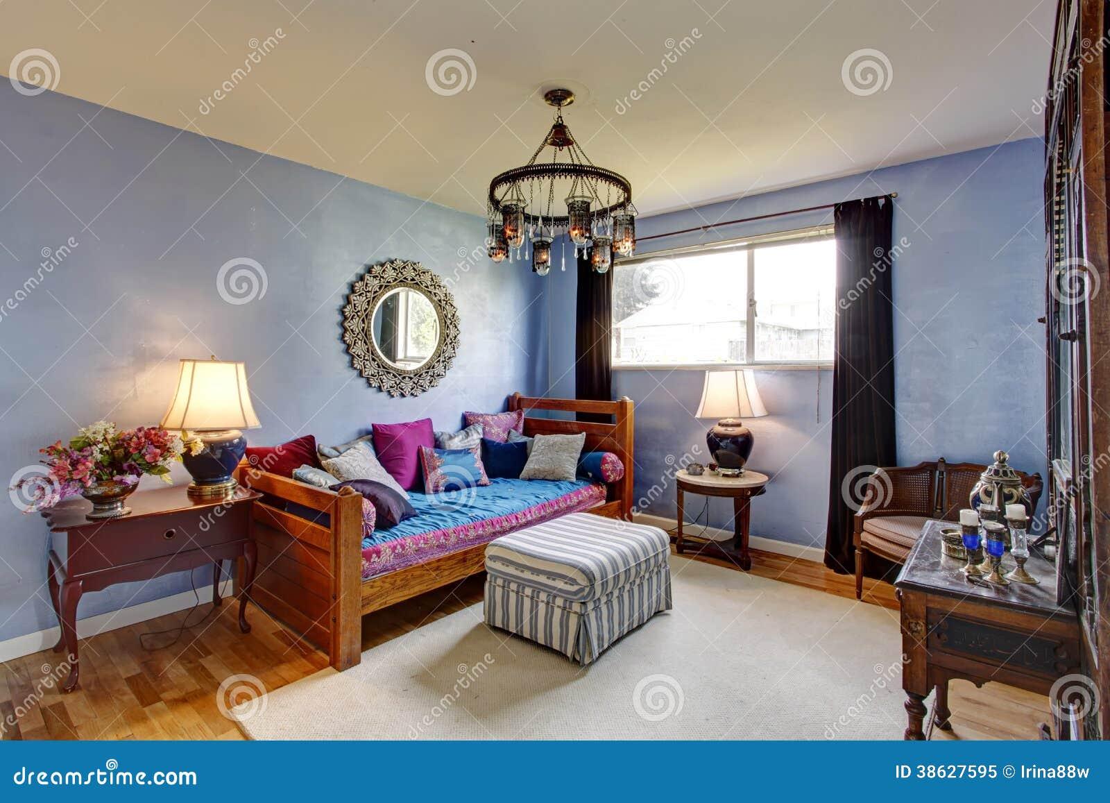 Chambre à coucher meublée par antiquité bleue photo libre de ...