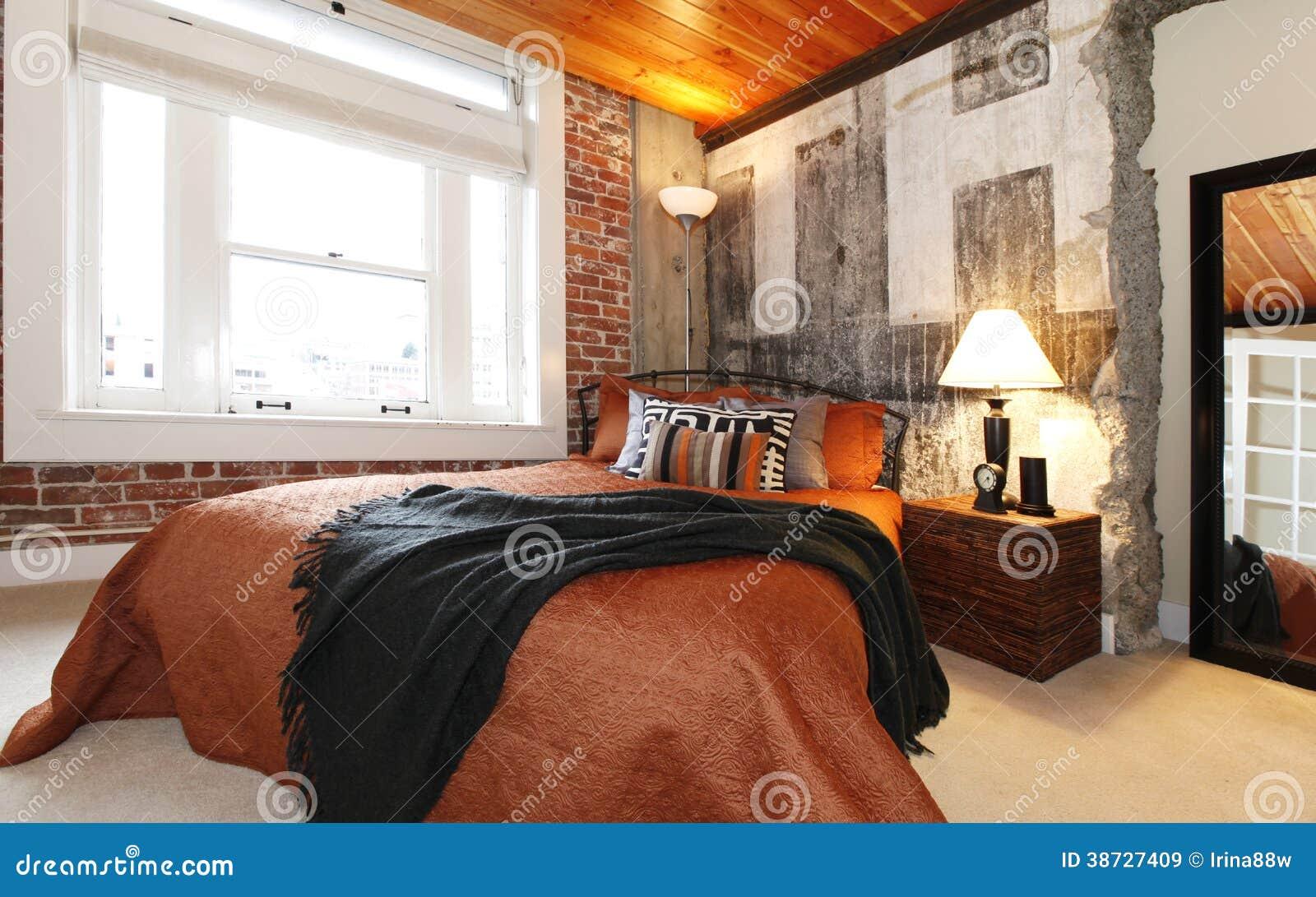 Chambre coucher moderne avec un mur en b ton cass for Achat de chambre a coucher