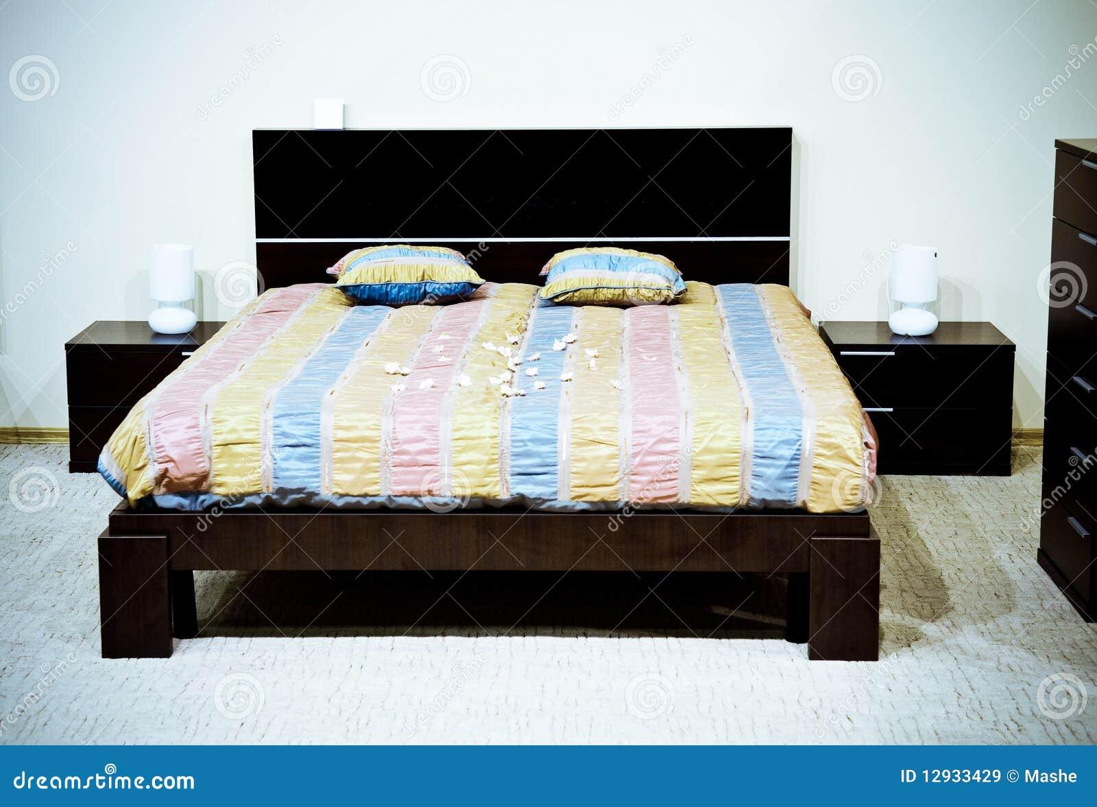 Chambre coucher moderne classique images libres de for Chambre a coucher classique moderne
