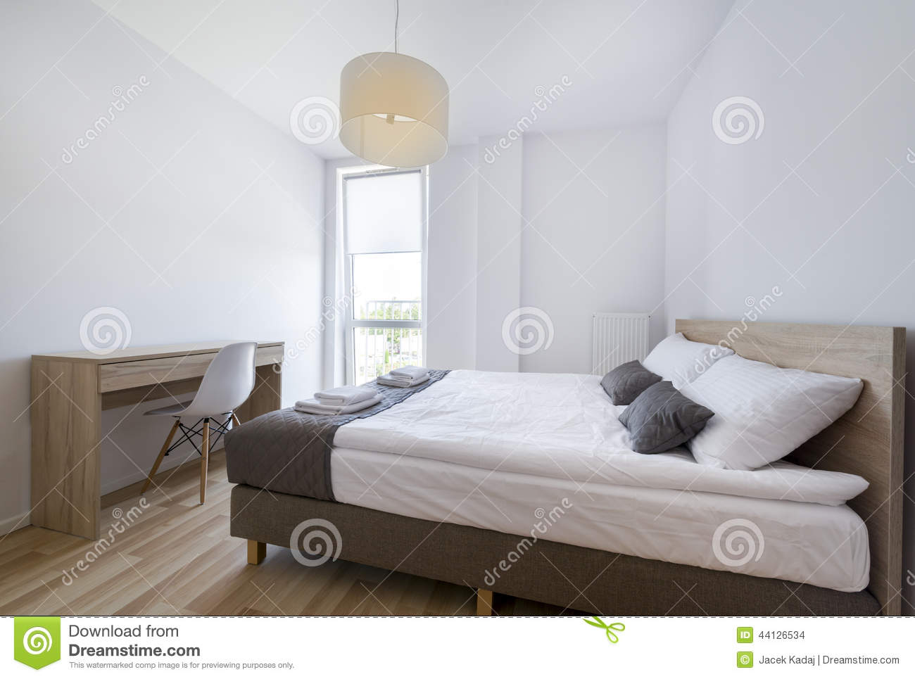 chambre coucher moderne dans la couleur blanche et beige photo stock image 44126534. Black Bedroom Furniture Sets. Home Design Ideas