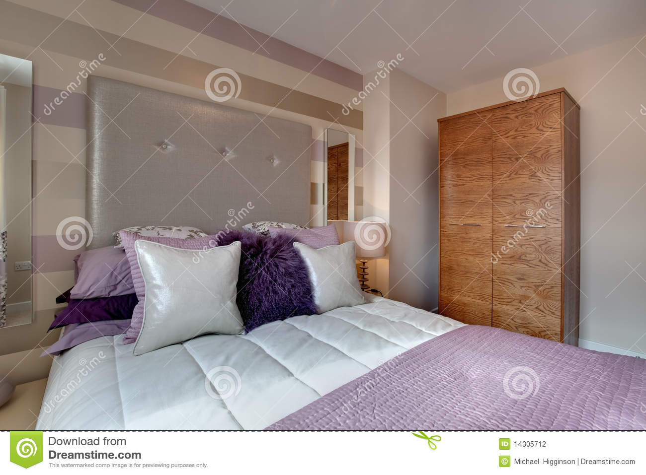 Chambre coucher moderne opulente photographie stock for Chambre coucher moderne