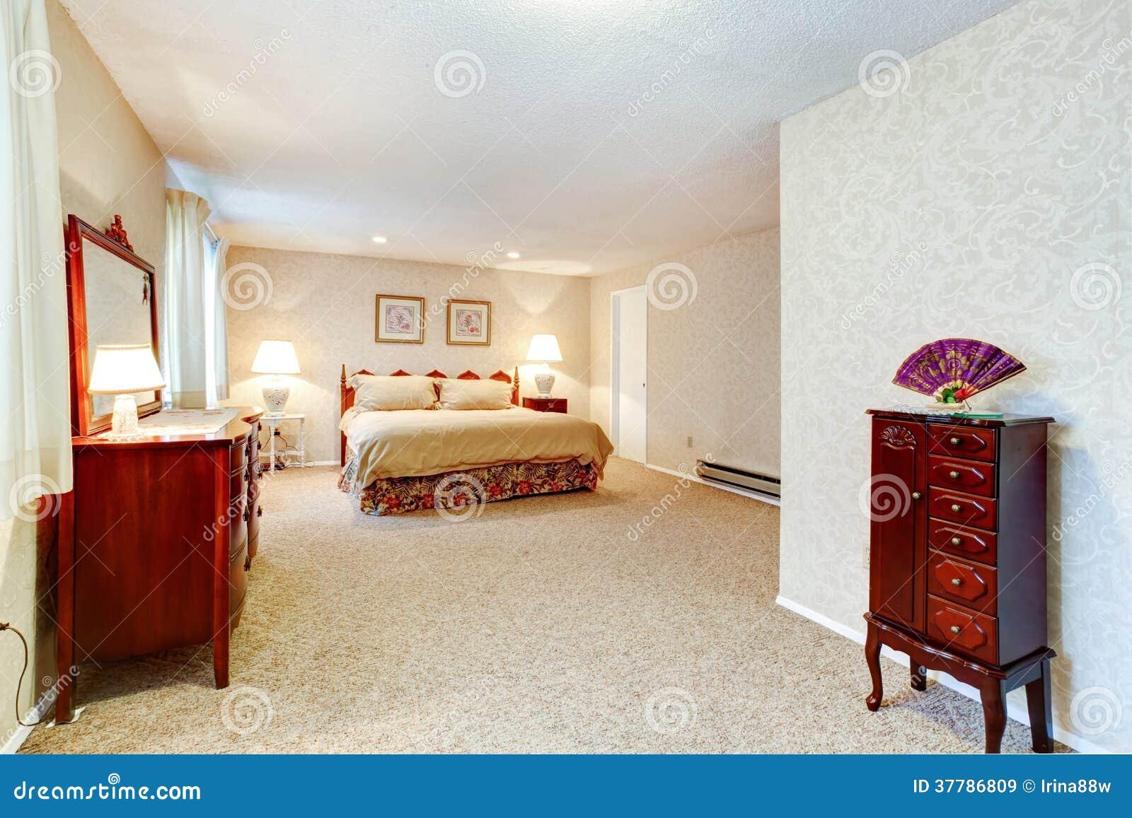 Chambre à coucher molle de couleurs avec les meubles antiques ...
