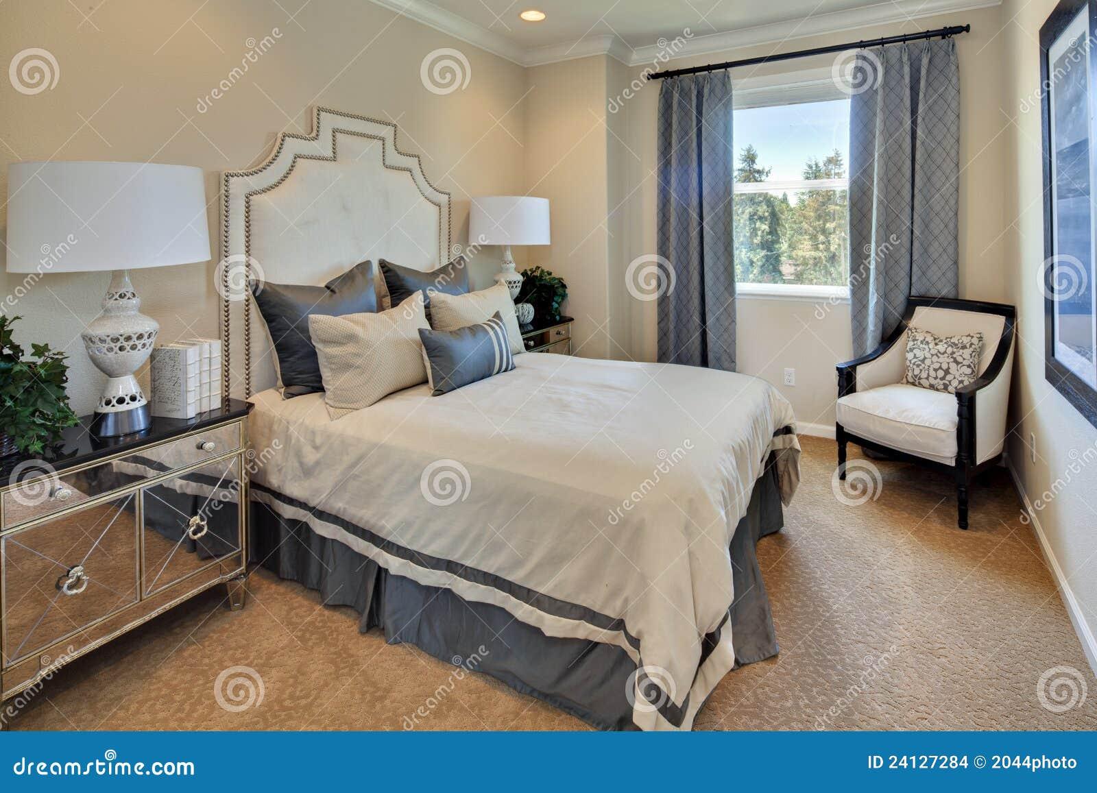 Chambre coucher principale de maison mod le images stock for Les modeles de chambre a coucher