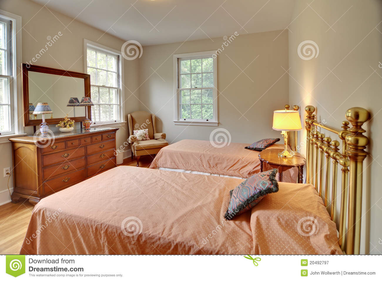 Chambre coucher traditionnelle photographie stock libre for Photo de chambre a coucher