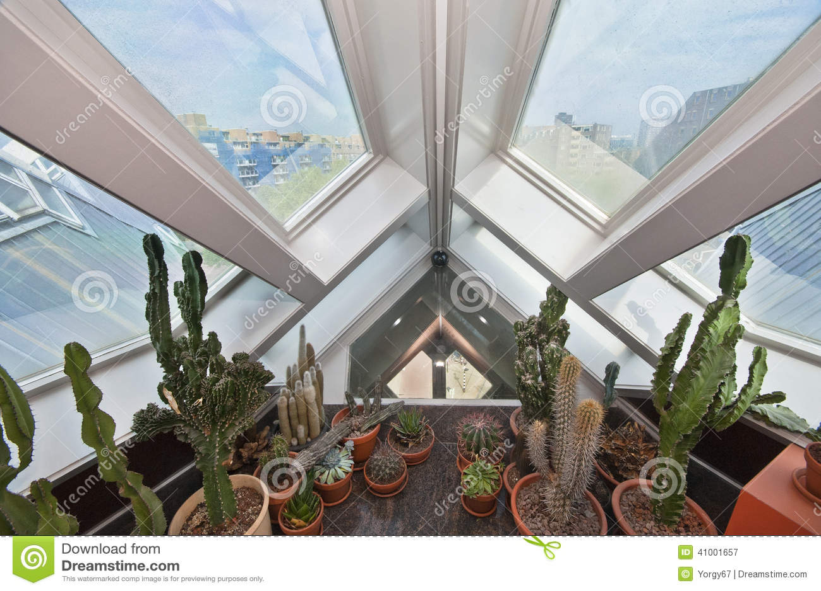 Chambre cubique int rieure photographie ditorial image for Interieur maison cubique