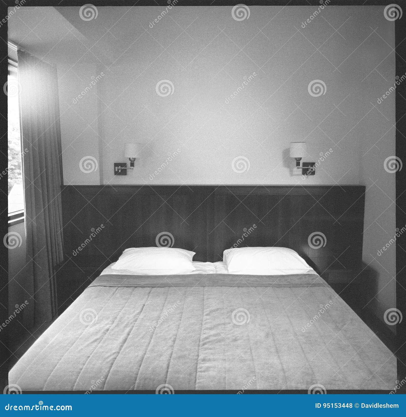 chambre d'hôtel sombre photo stock. image du fond, lumière - 95153448