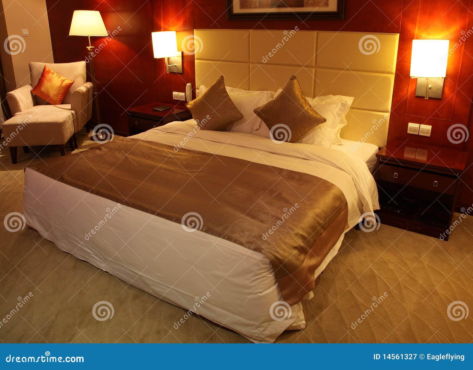 Chambre d 39 h tel de luxe la nuit photographie stock libre for Chambre no 13