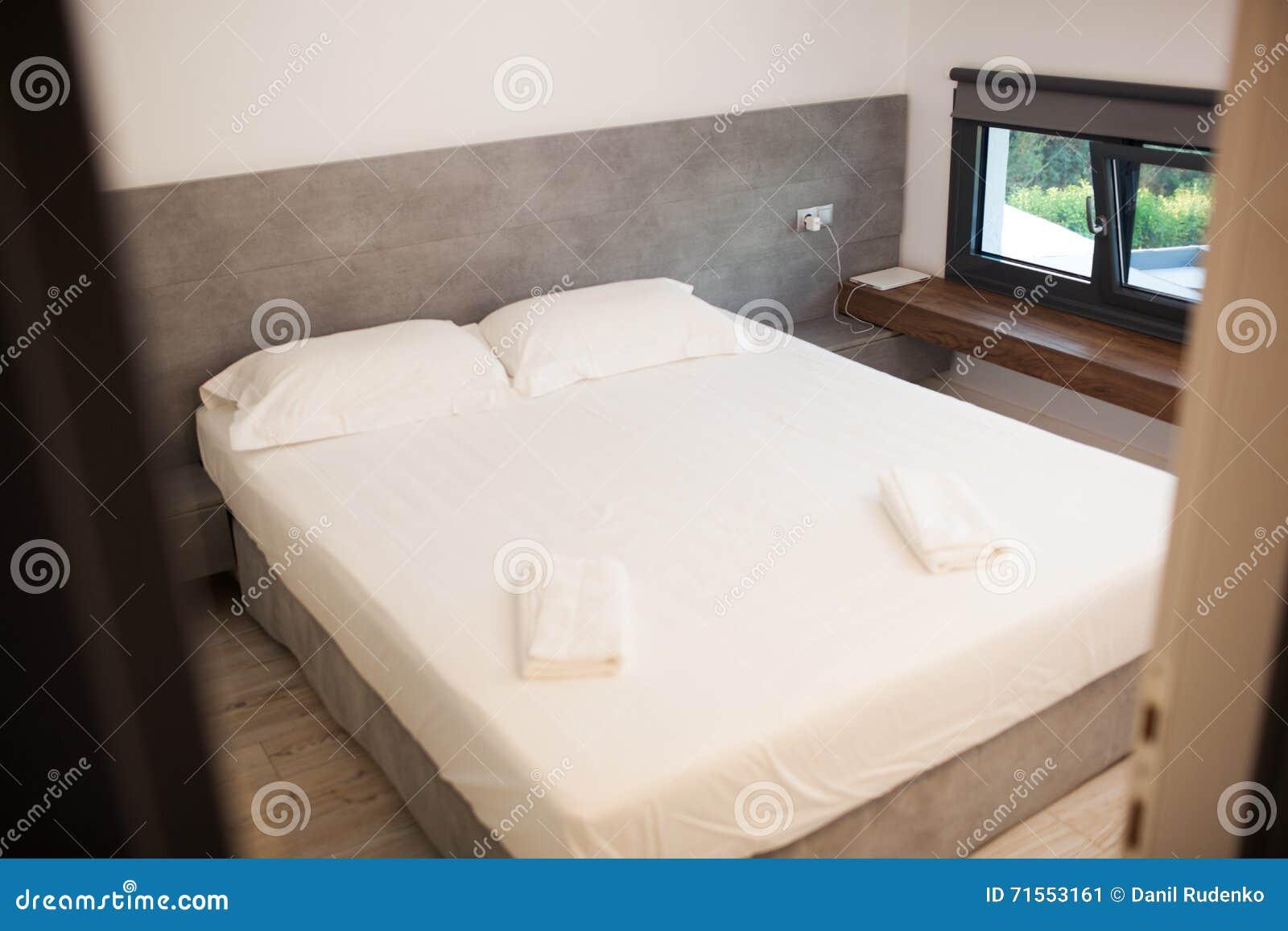 Lit Au Milieu D Une Chambre chambre d'hôtel vide pour deux avec le lit matrimonial image