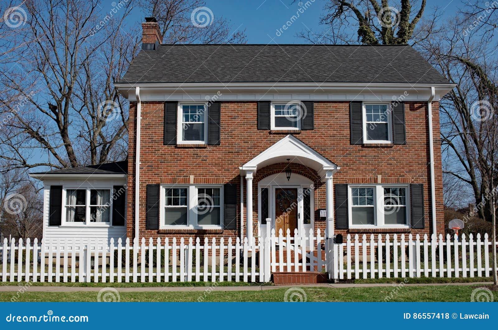 Petite Cloture De Jardin Blanche chambre de brique avec la clôture blanche photo stock