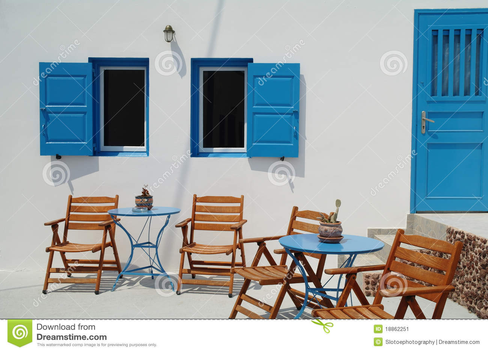chambre de la gr ce peinte bleue et blanche santorini image stock image 18862251. Black Bedroom Furniture Sets. Home Design Ideas