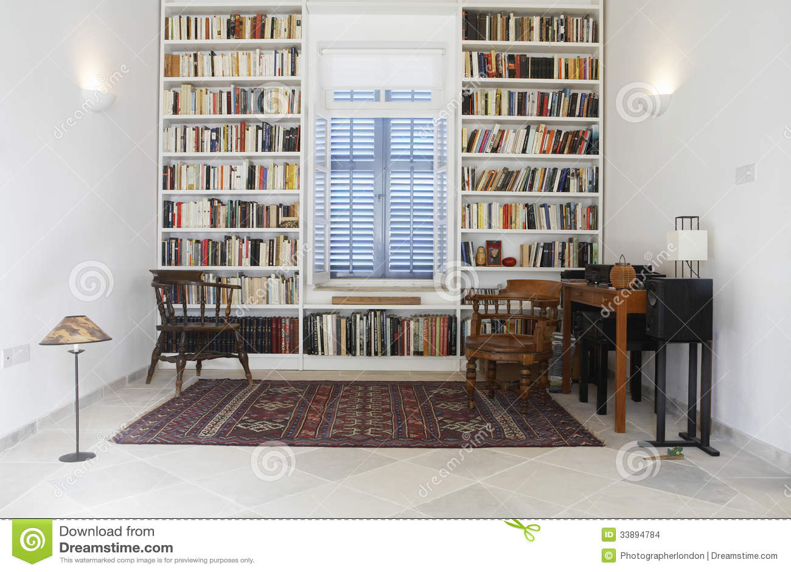 Chambre de ville avec des livres dispos s dans la for Bibliotheque chambre