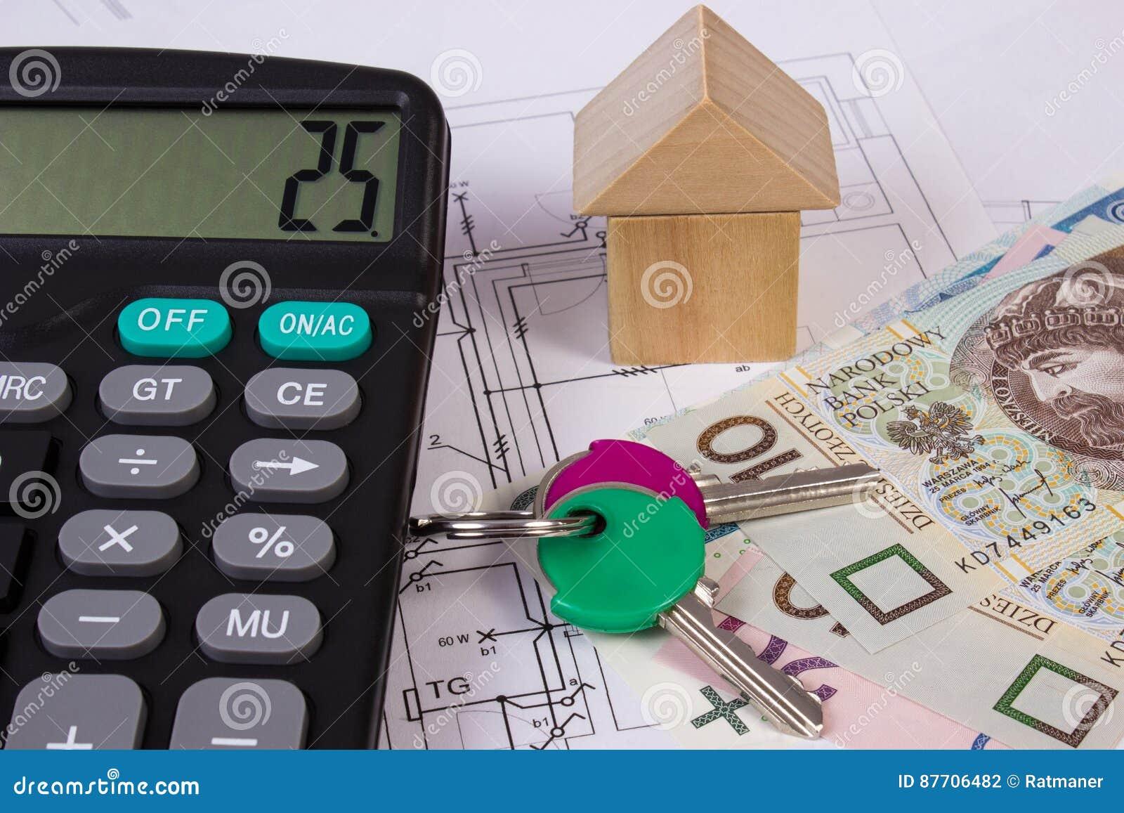 Chambre des blocs en bois et de l argent polonais avec la calculatrice sur le dessin de construction, concept de maison de bâtime