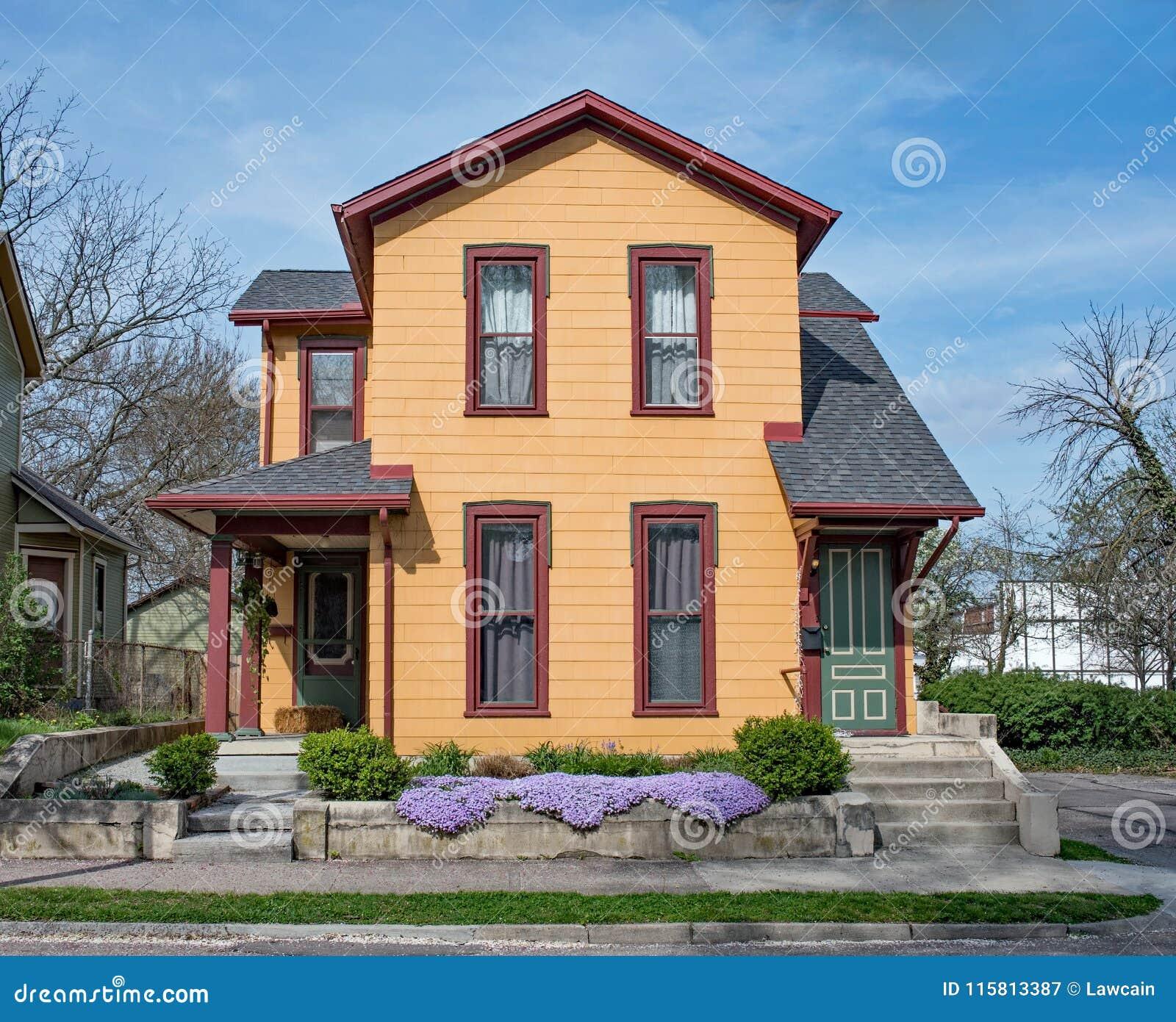 Chambre duplex orange reconstituée avec le phlox pourpre