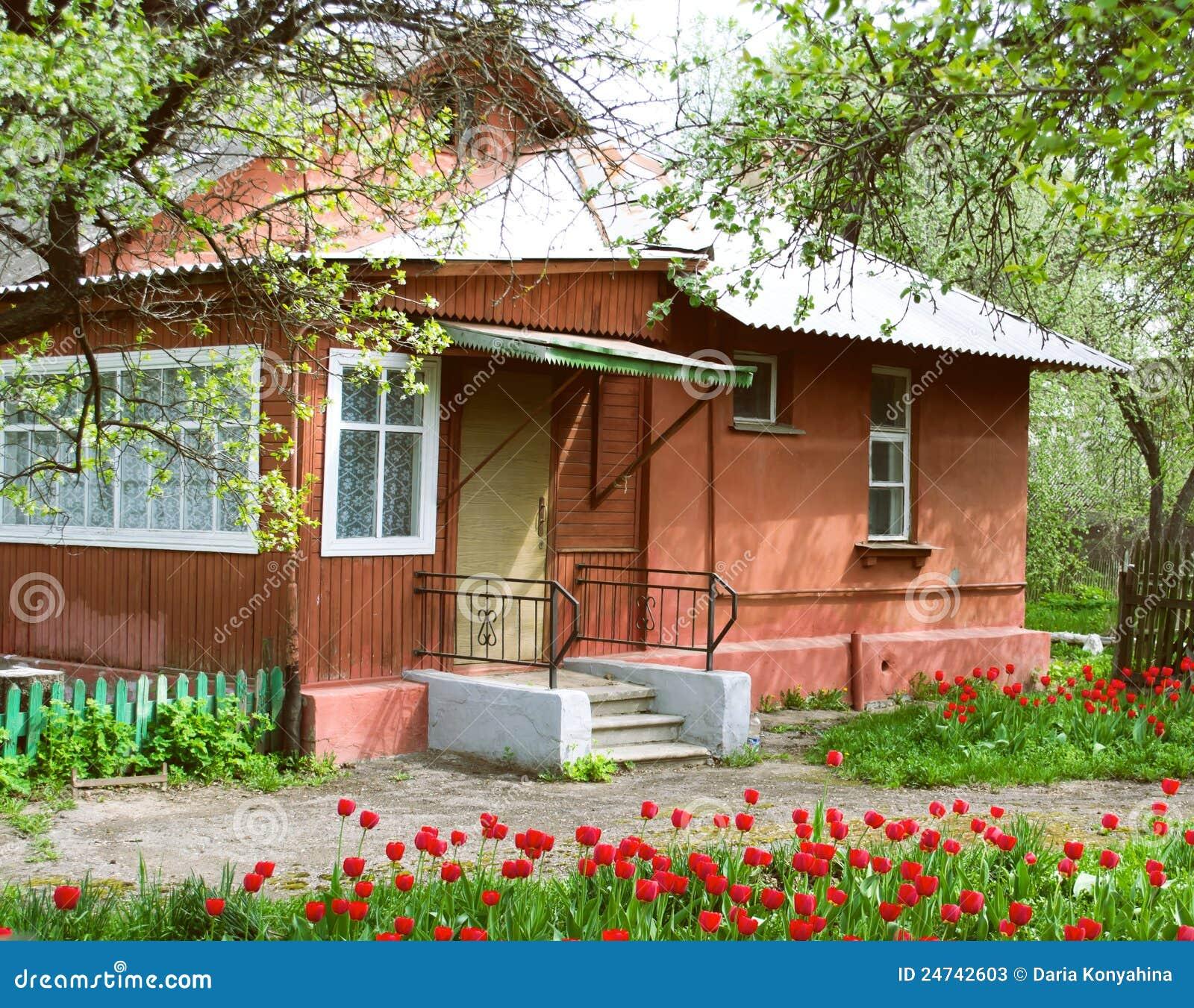 Chambre et jardin avec des tulipes