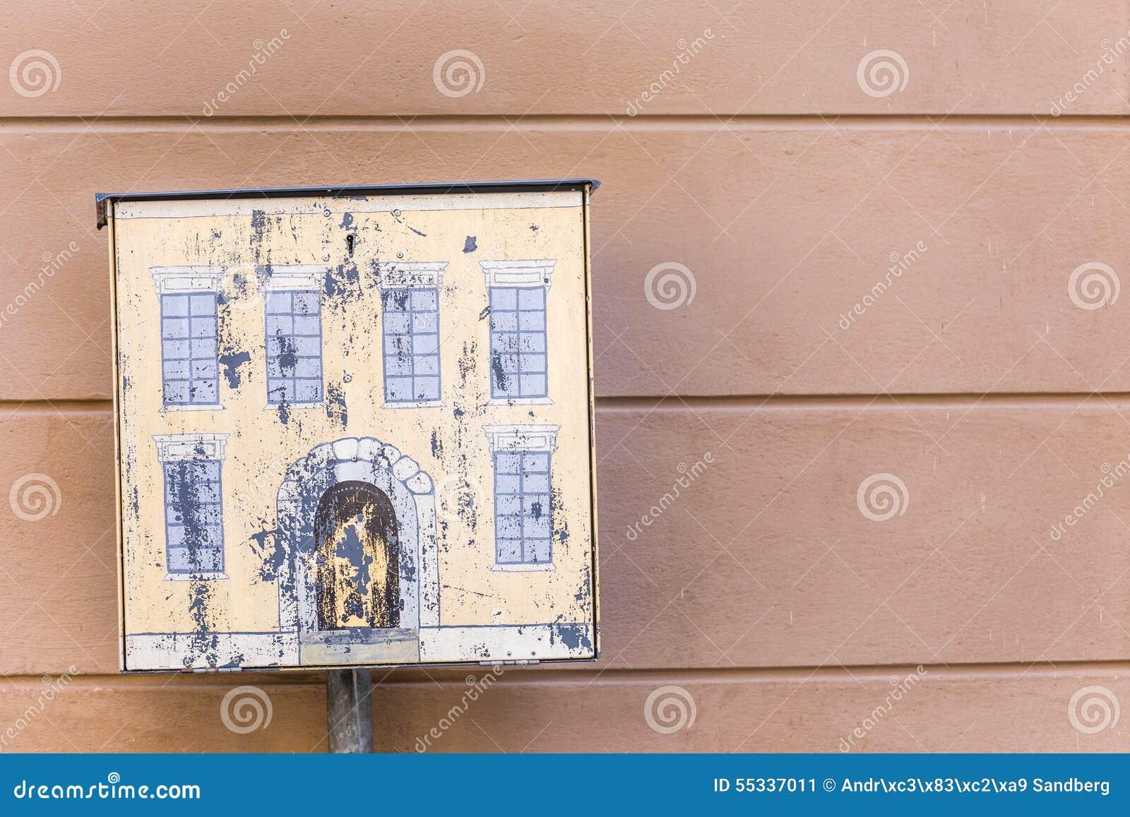 Chambre Jaune De Boîte Aux Lettres Près De Mur Rose Image stock ...