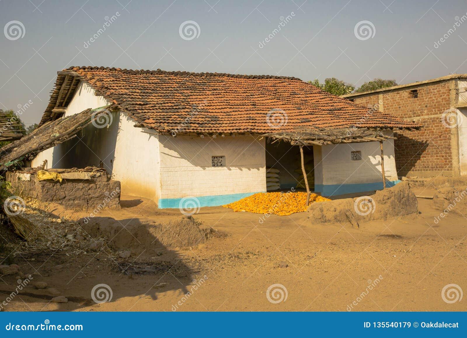 Chambre locale de village avec sécher le maïs, Inde