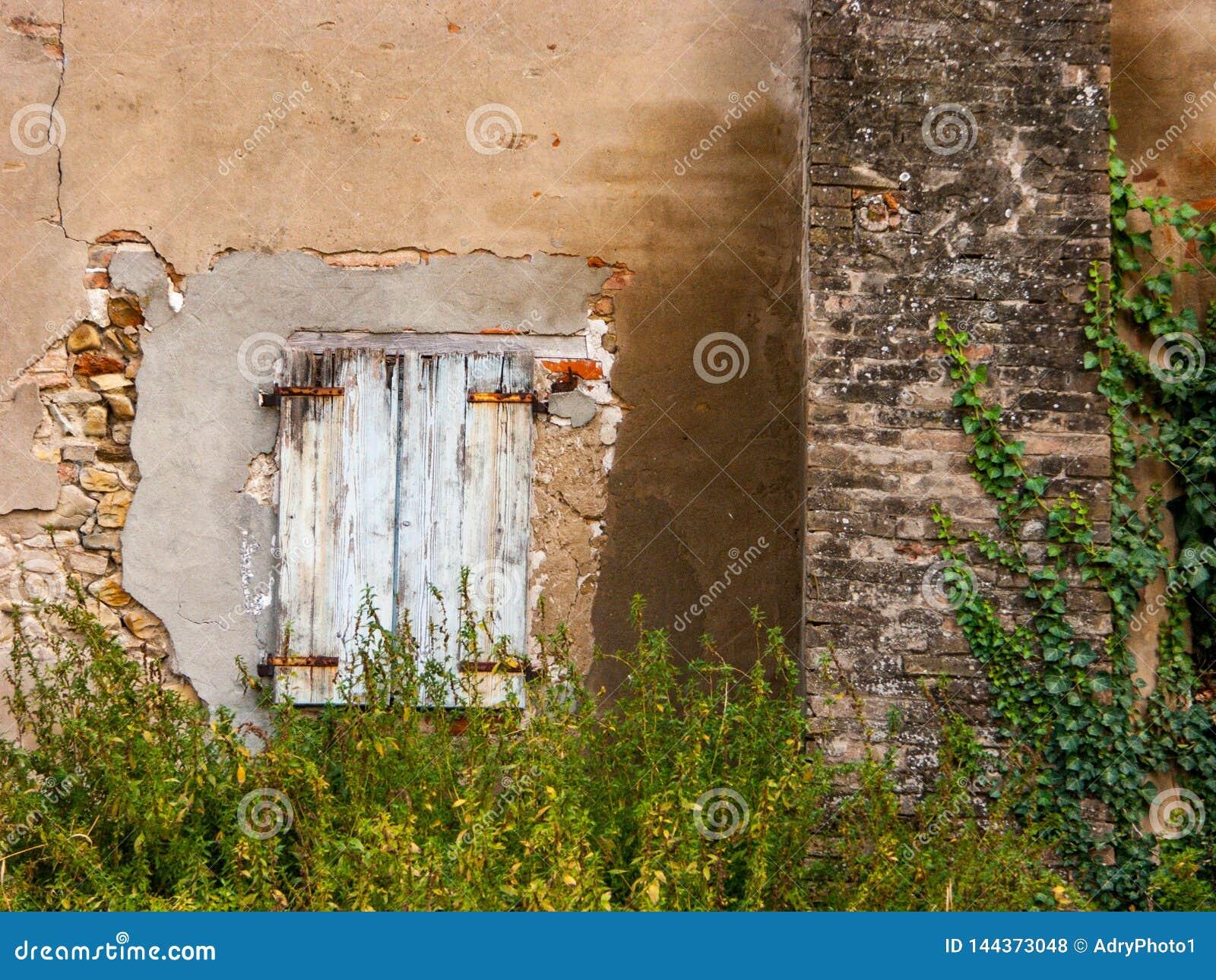 Chambre Rurale Avec La Fenêtre Détériorée Photo Stock