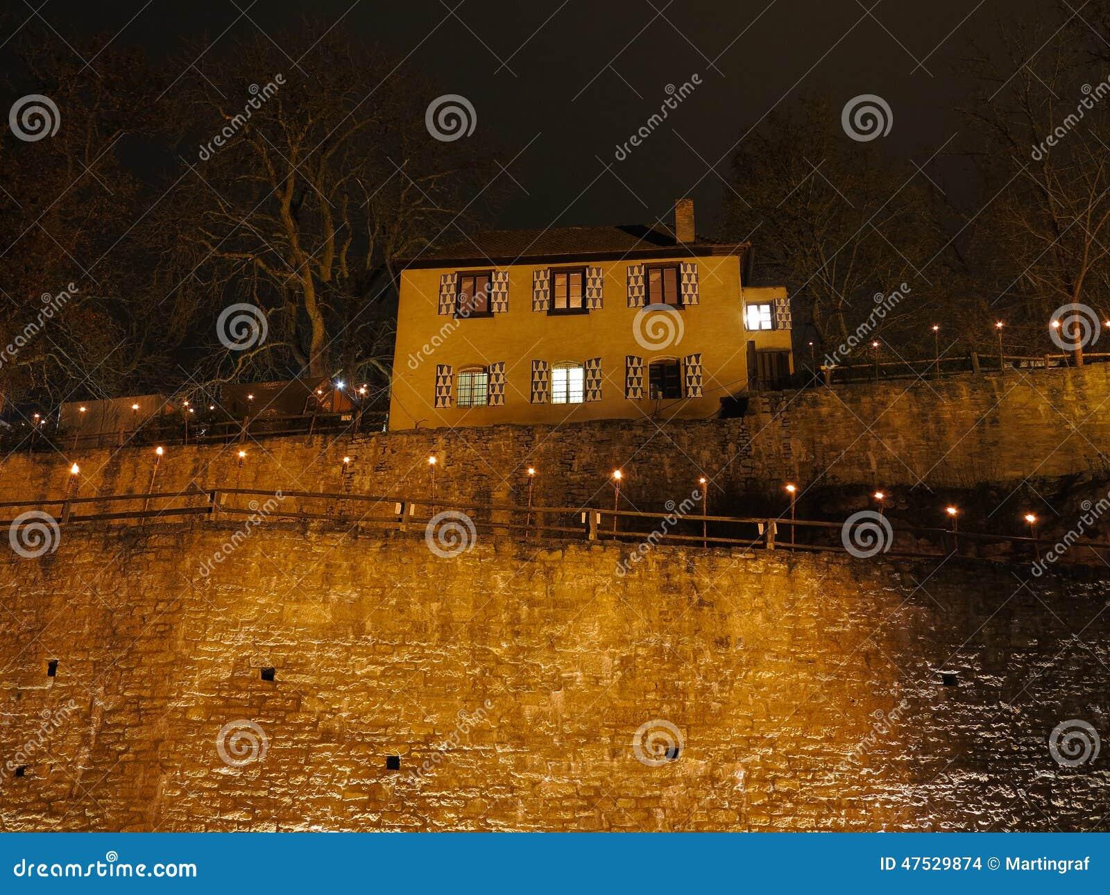 Chambre sur le mur de château par nuit