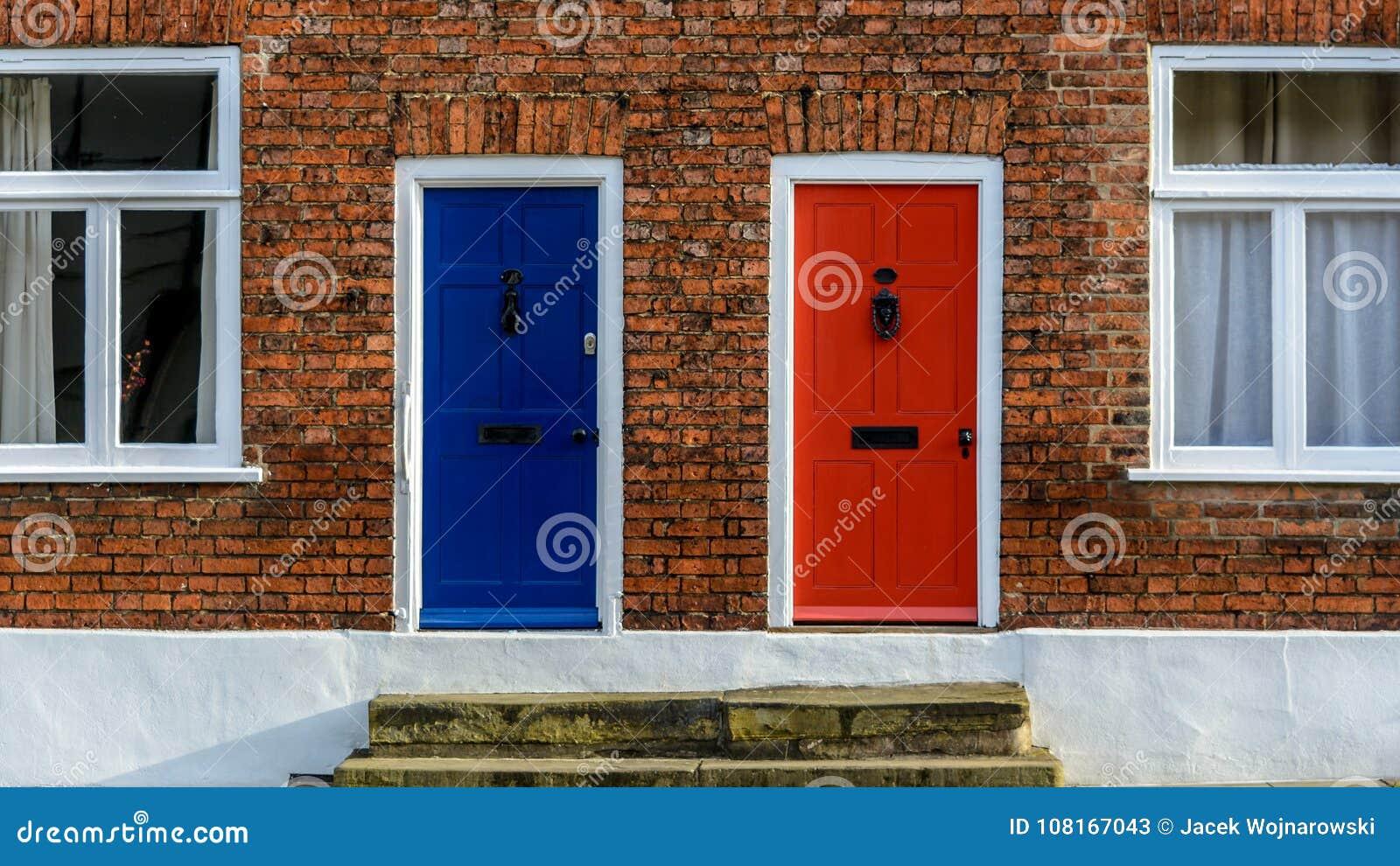 Chambres En Terrasse Voisines Avec Un Front Doo Bleu Et Un ...