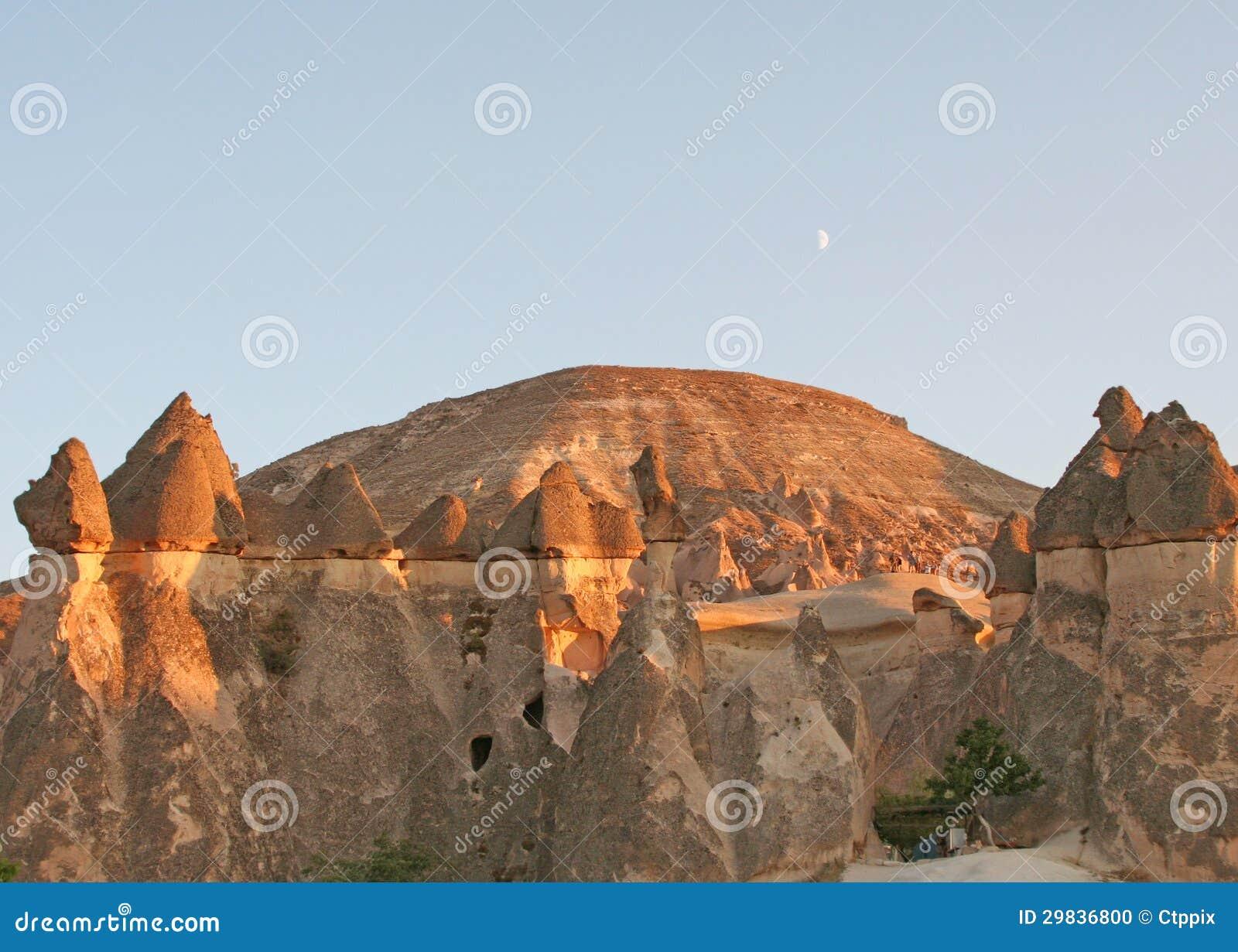 Chaminés feericamente de Cappadocia e da lua