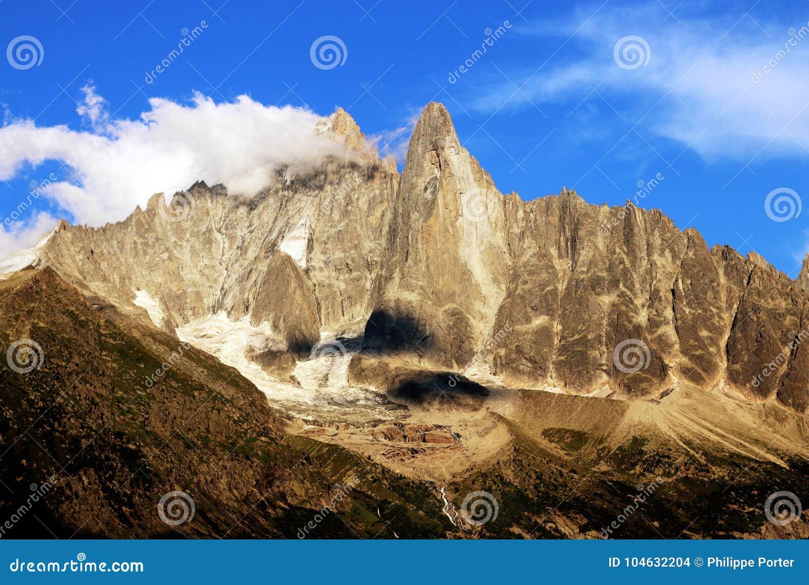 Download Chamonix, Aiguilles Des Drus En Aiguille Verte, In Het Montblanc Massief Tijdens De Zomer Stock Foto - Afbeelding bestaande uit oriëntatiepunt, landschap: 104632204
