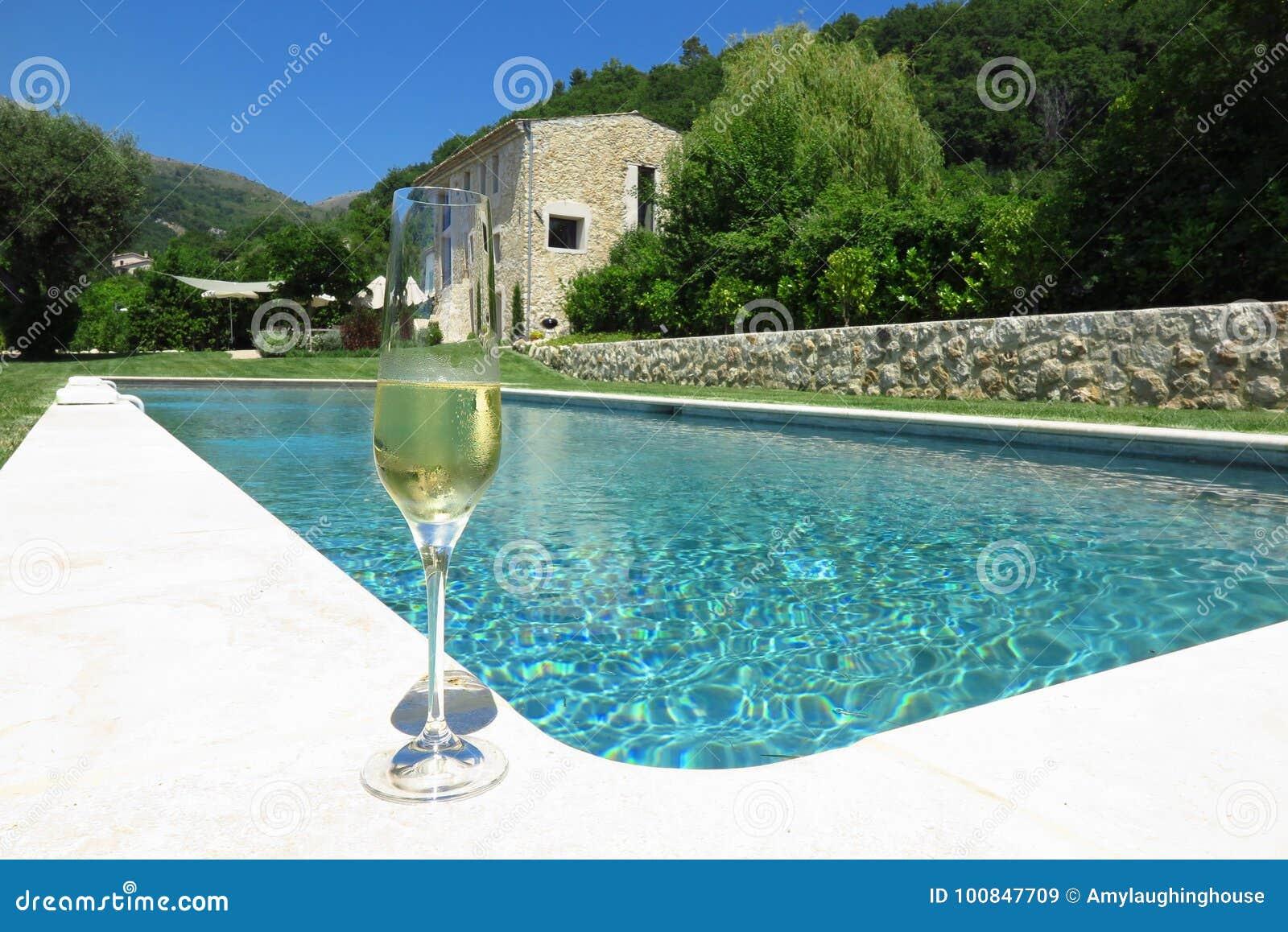 Champán por la piscina en Provence, Francia
