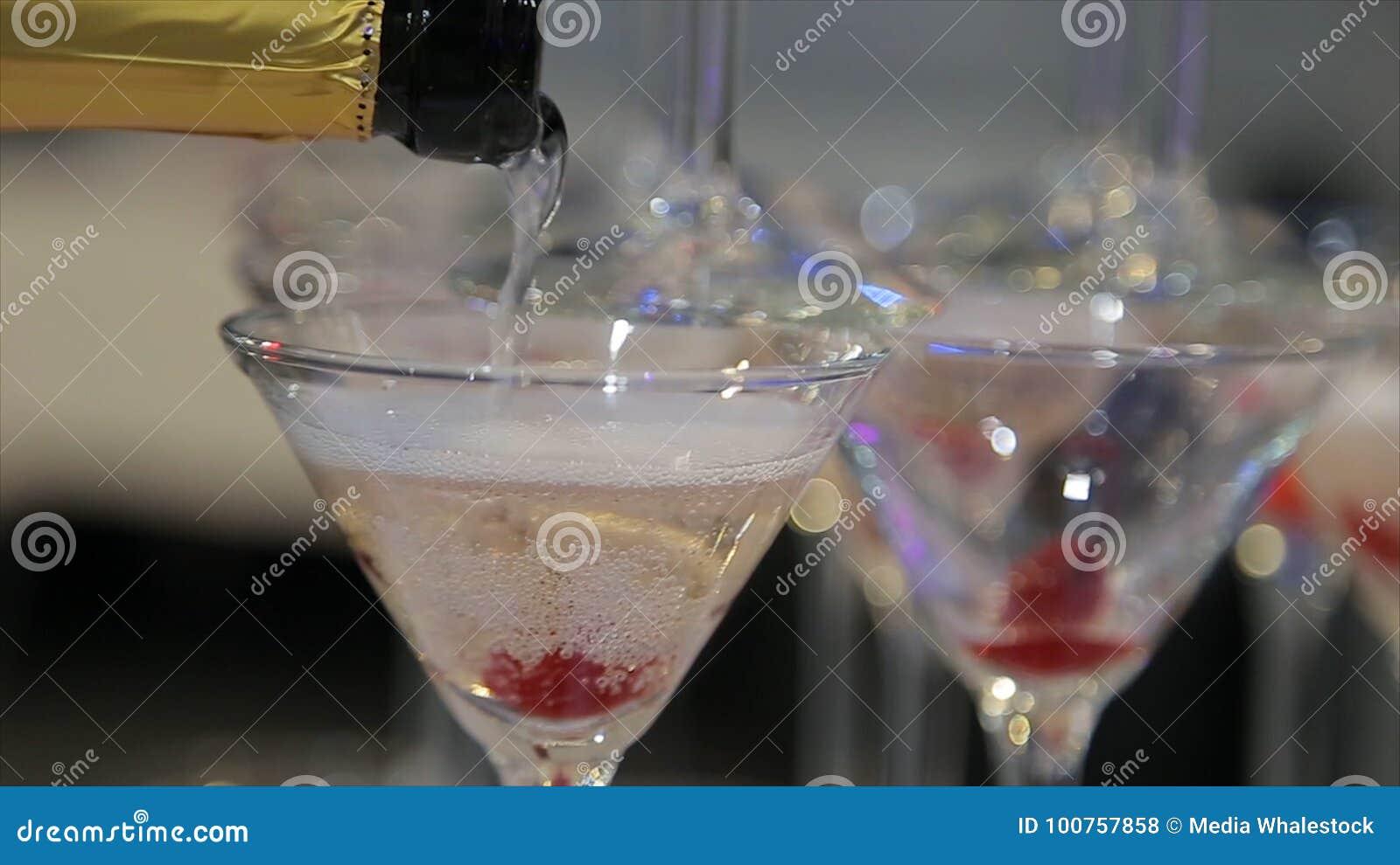 Champán que vierte en dos vidrios de una botella Dos Champagne Glass On Defocused