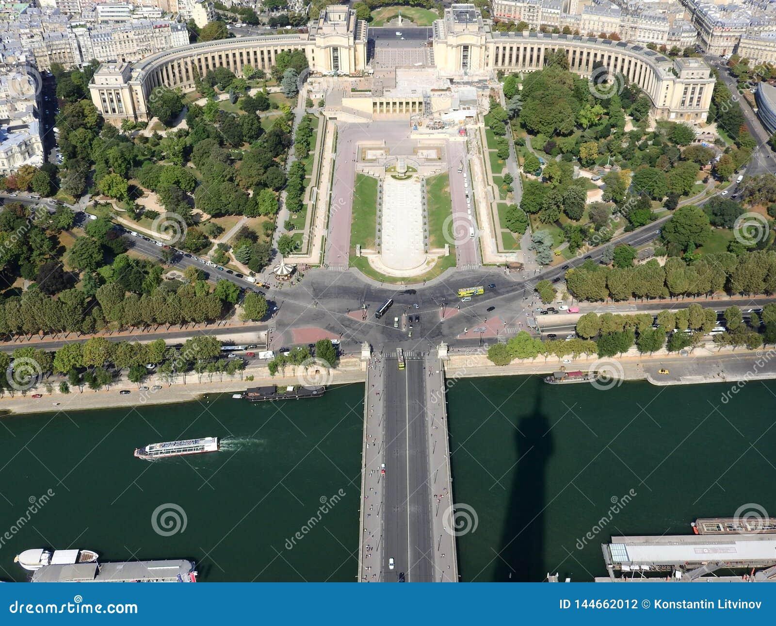 Η άποψη του Champ de Mars από την κορυφή του πύργου του Άιφελ που κοιτάζει κάτω βλέπει την ολόκληρη πόλη ως όμορφη κλασική αρχιτε
