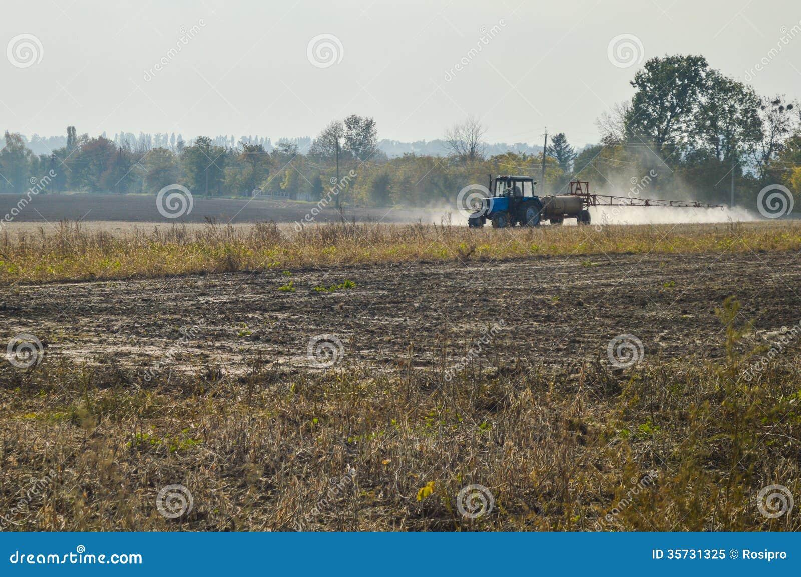 Champ de pulvérisation d automne de tracteur