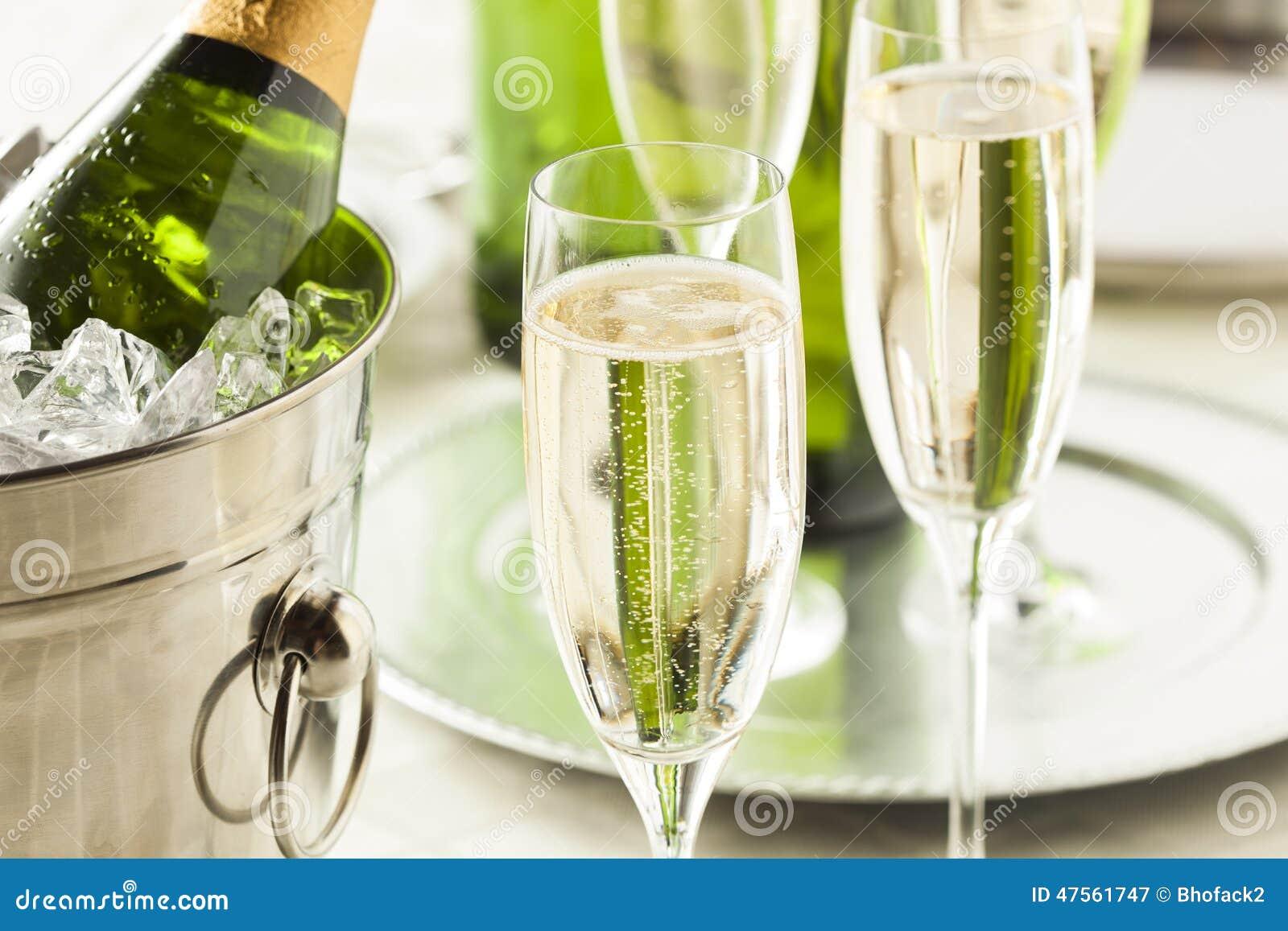 Champagne borbulhante alcoólico por anos novos
