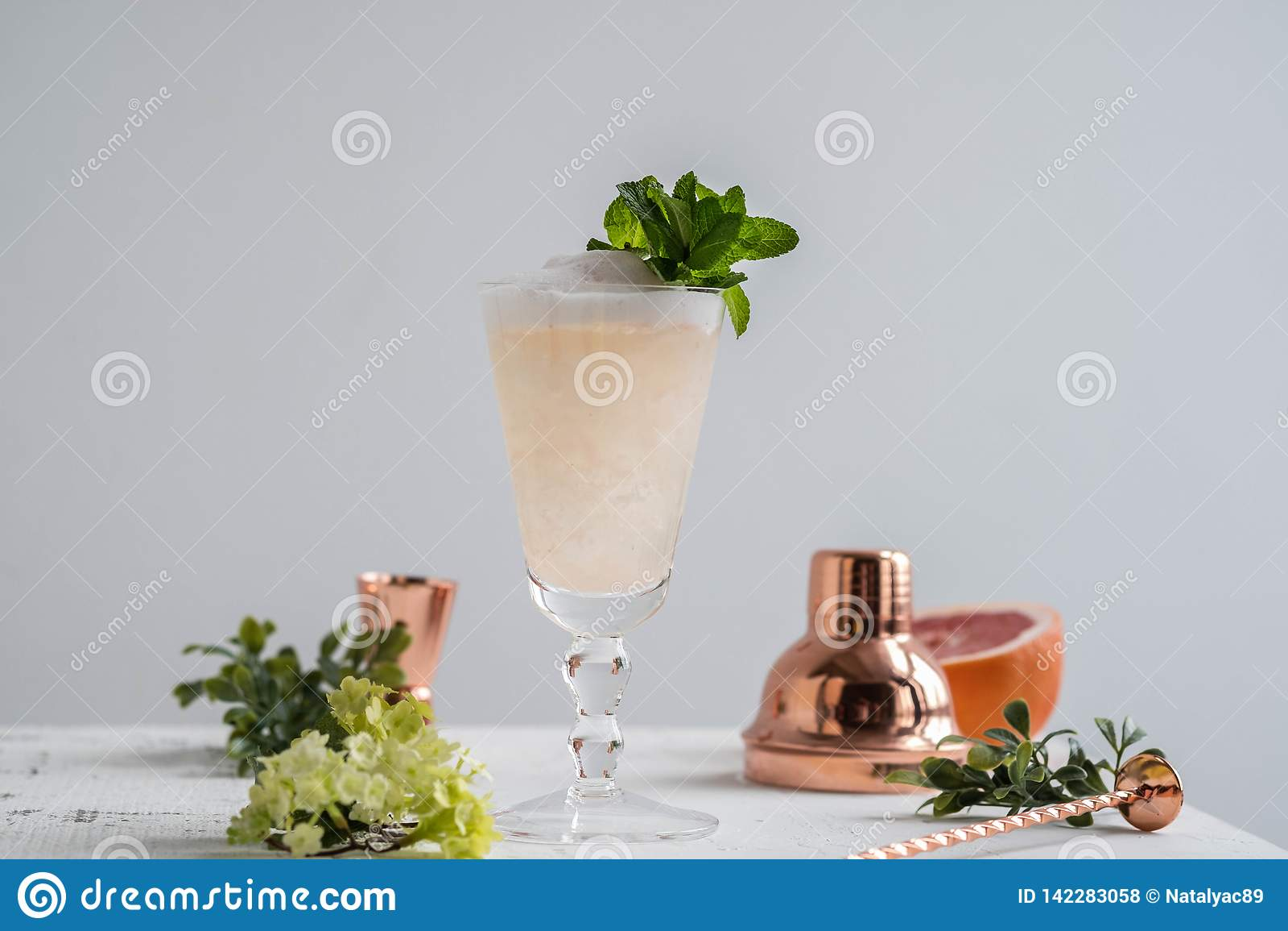 Champagne Cocktail avec la boisson alcoolisée et le pamplemousse Copiez l espace