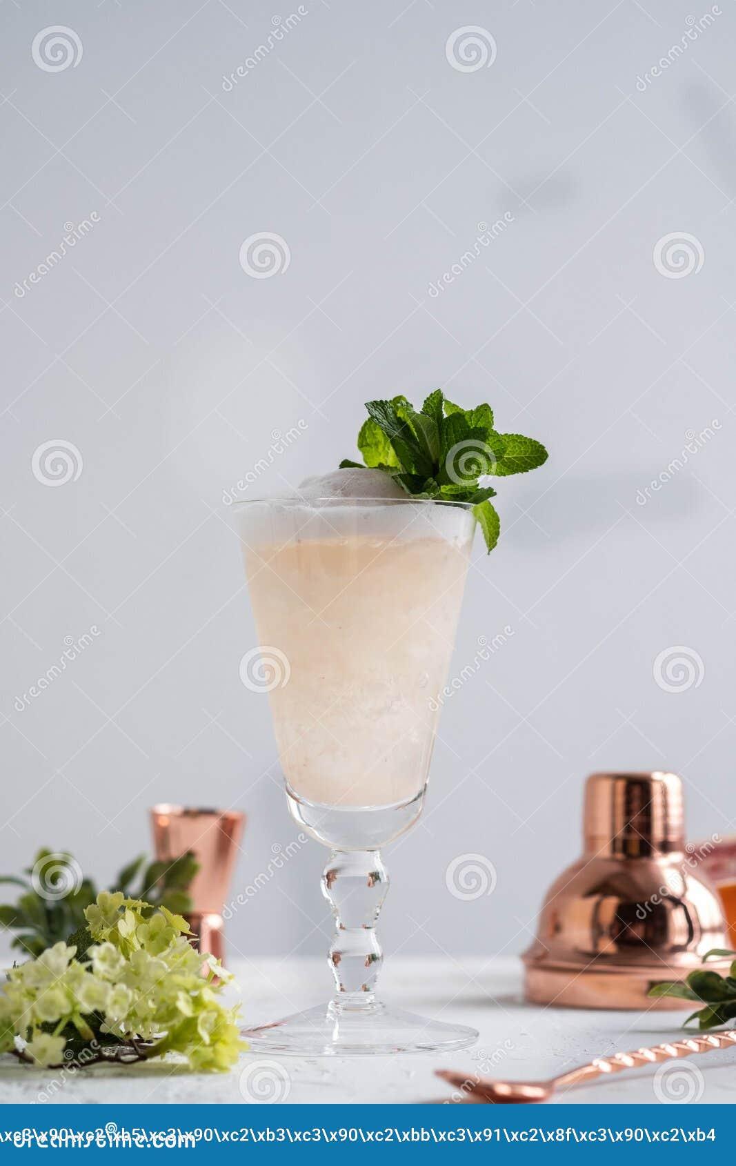 Champagne Cocktail med starksprit och grapefrukten kopiera avstånd