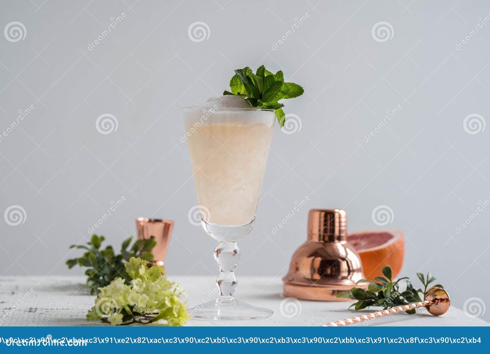 Champagne Cocktail mit Alkohol und Pampelmuse Kopieren Sie Platz