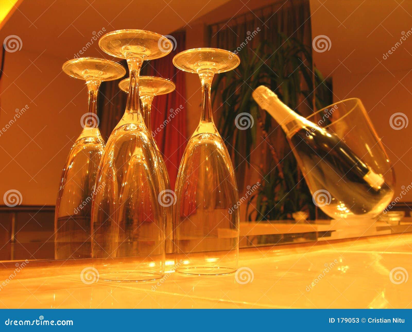Champagne dans la lumière romantique