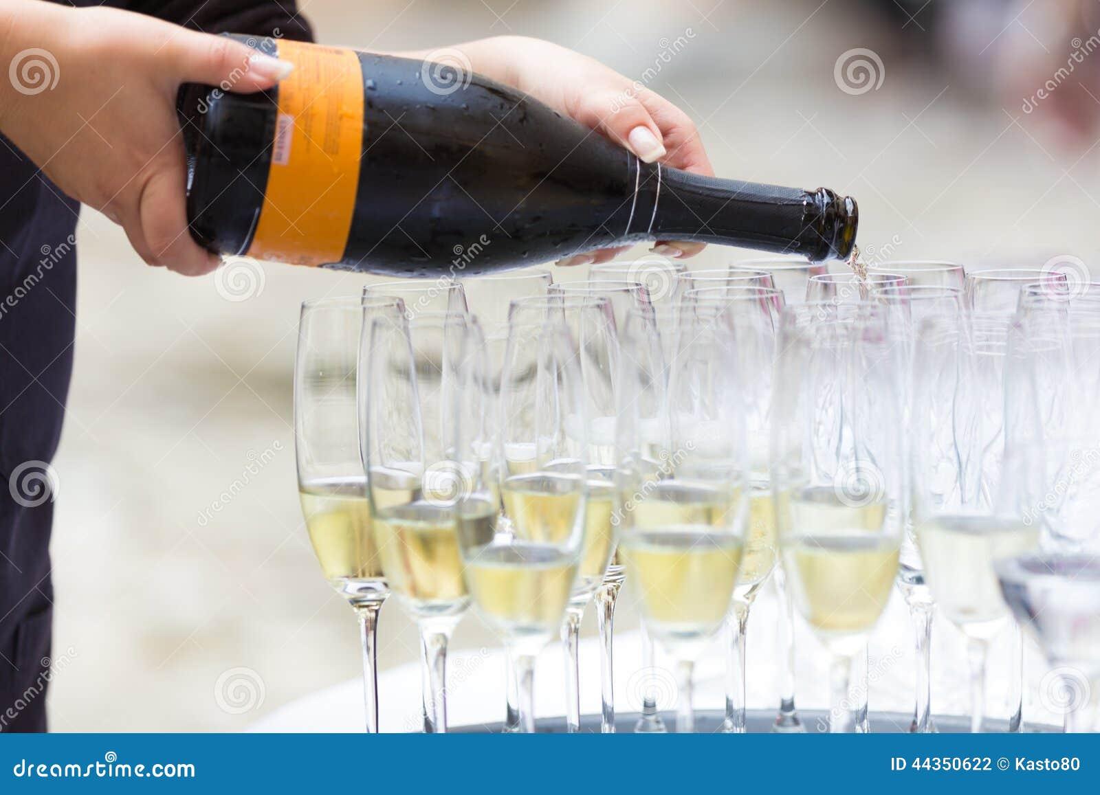 Champagne di versamento nei vetri