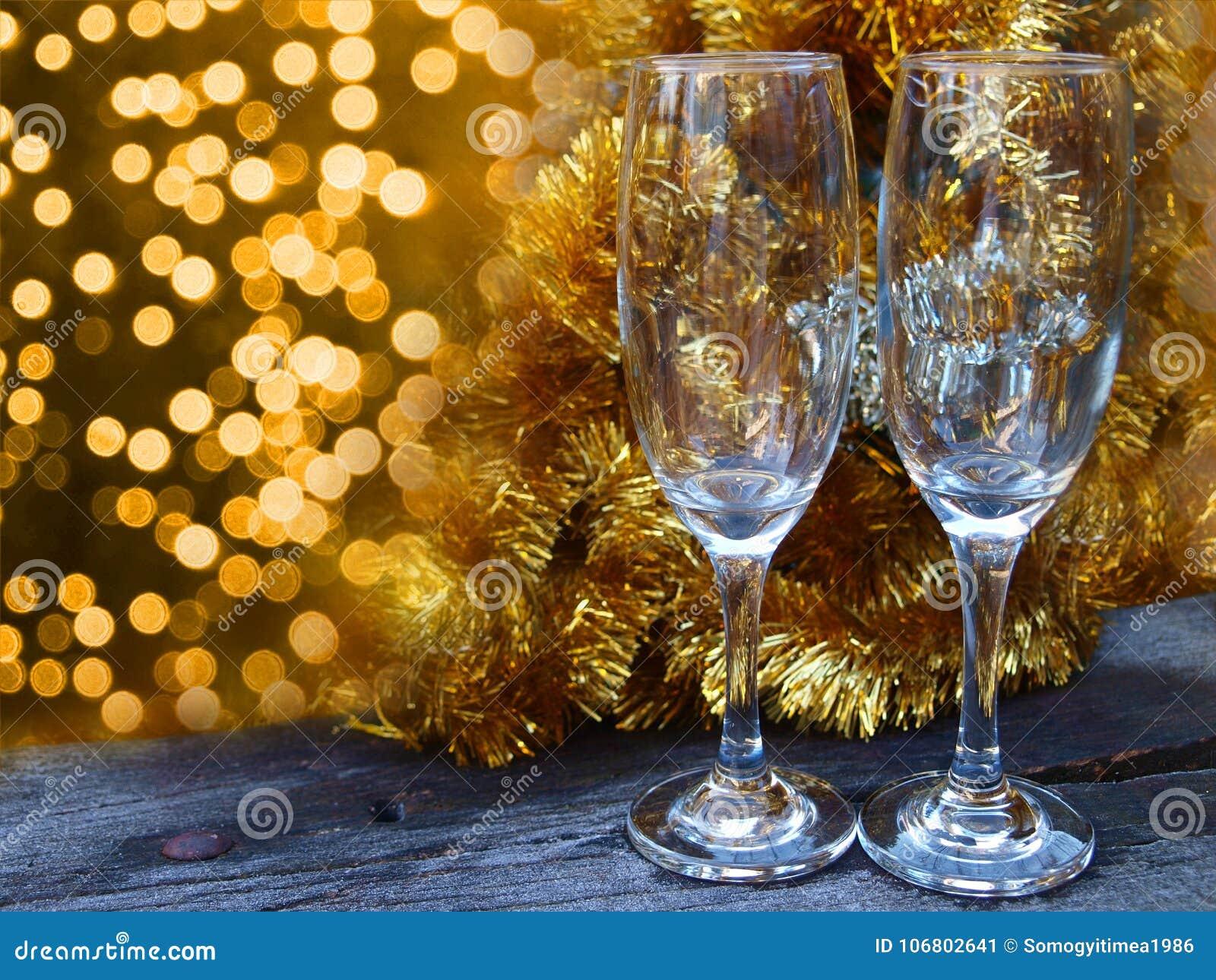 Download Champagne-Gläser Auf Der Bereiften Tabelle Stockbild - Bild von zweig, leer: 106802641