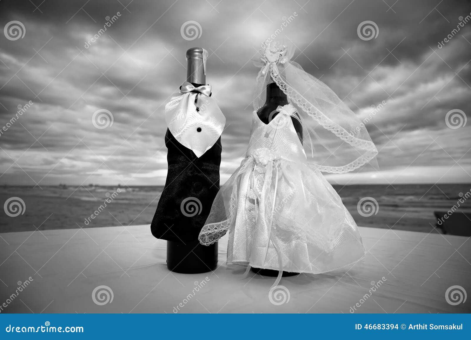 champagne met la d coration en bouteille pour le jour du mariage photo stock image 46683394. Black Bedroom Furniture Sets. Home Design Ideas