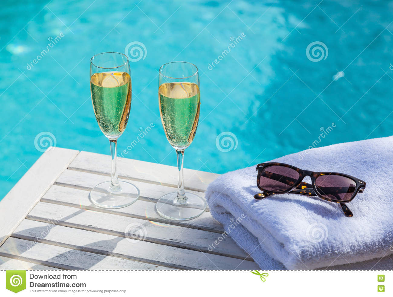 Champagne am Pool