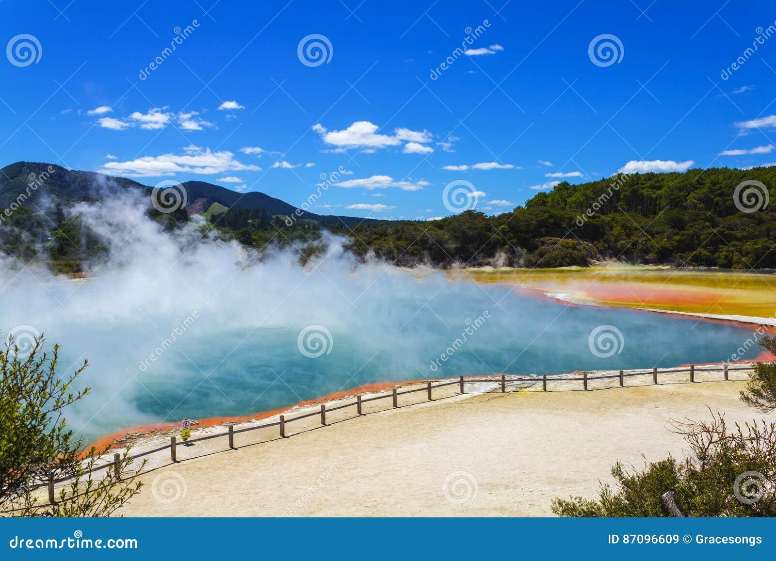 "Champagne Pool in Wai-O-Tapu oder heiliges Wasser †""thermischem Märchenland Rotorua Neuseeland"
