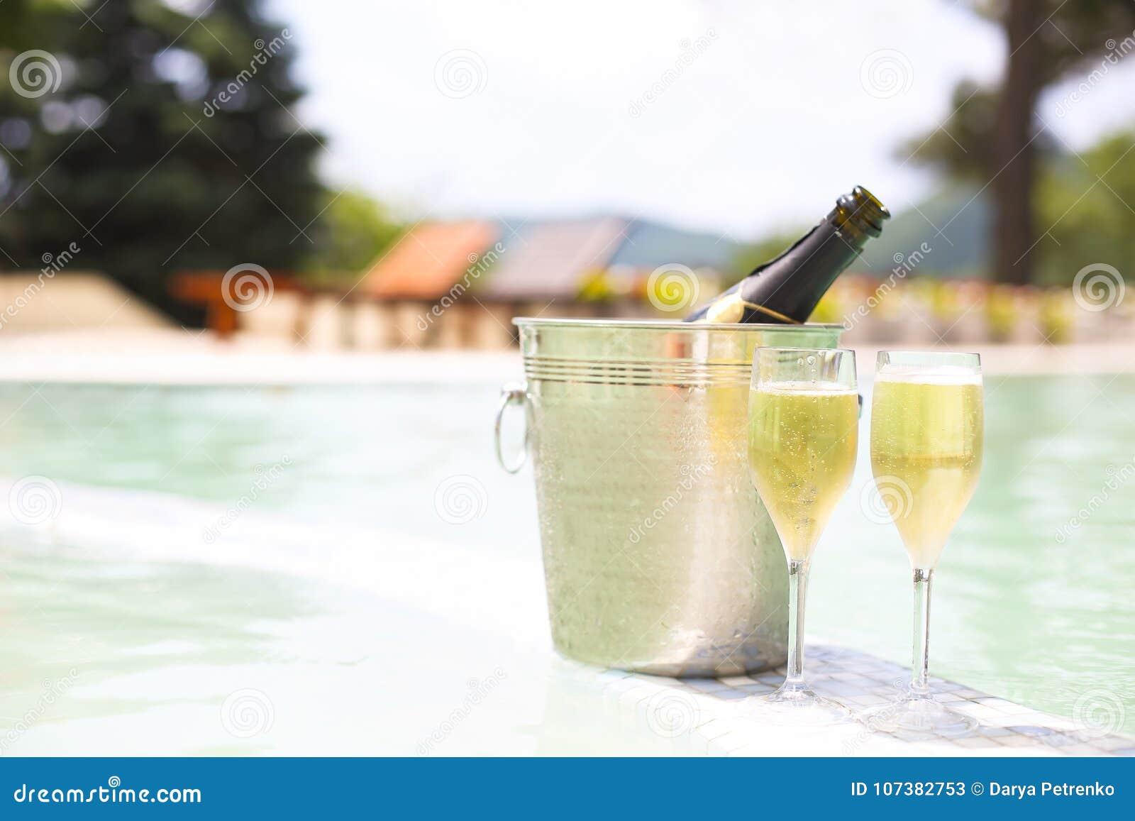 Champagneexponeringsglas och flaska i ishink