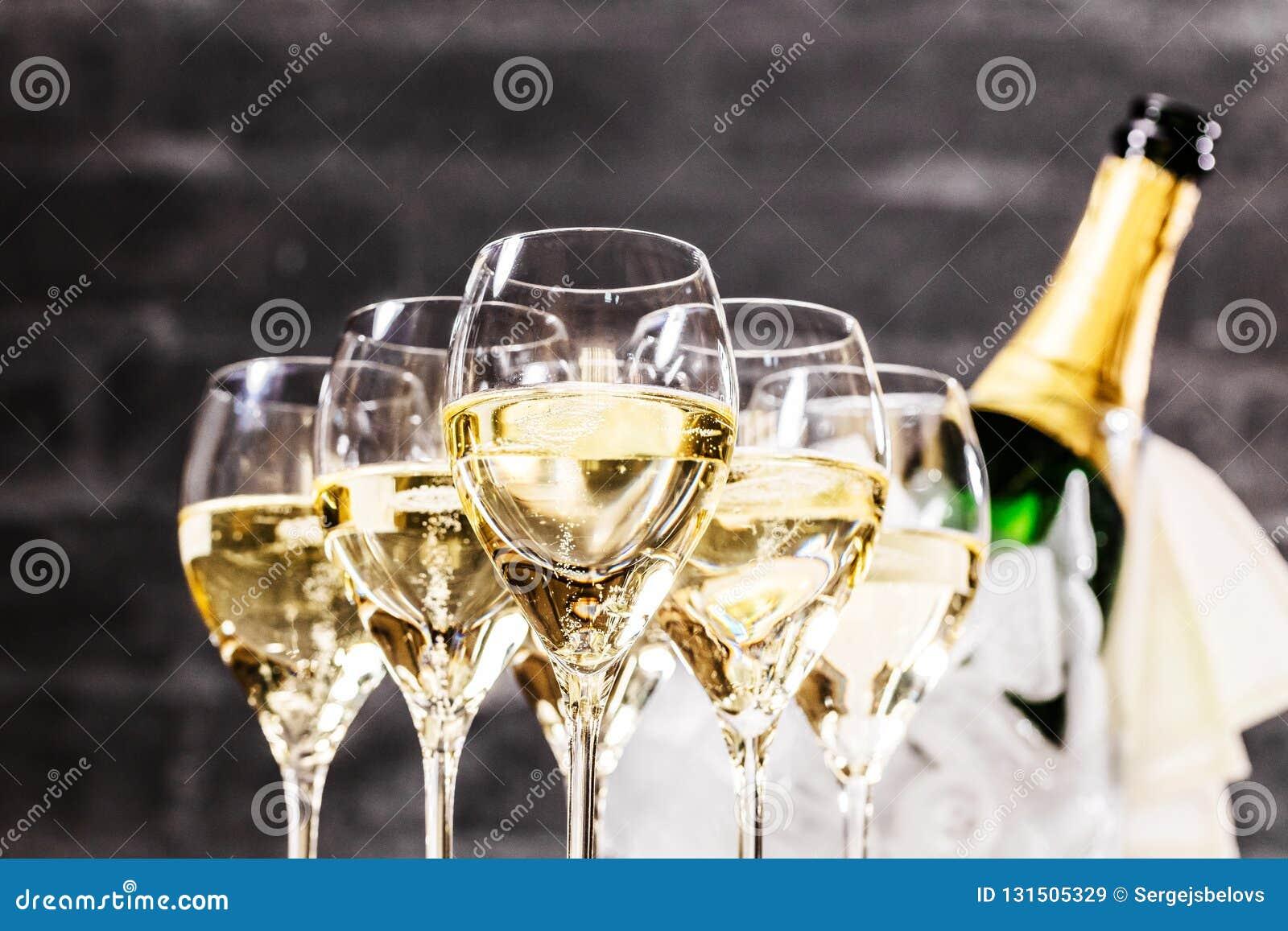 Champagneexponeringsglas på mörker stenar bakgrund