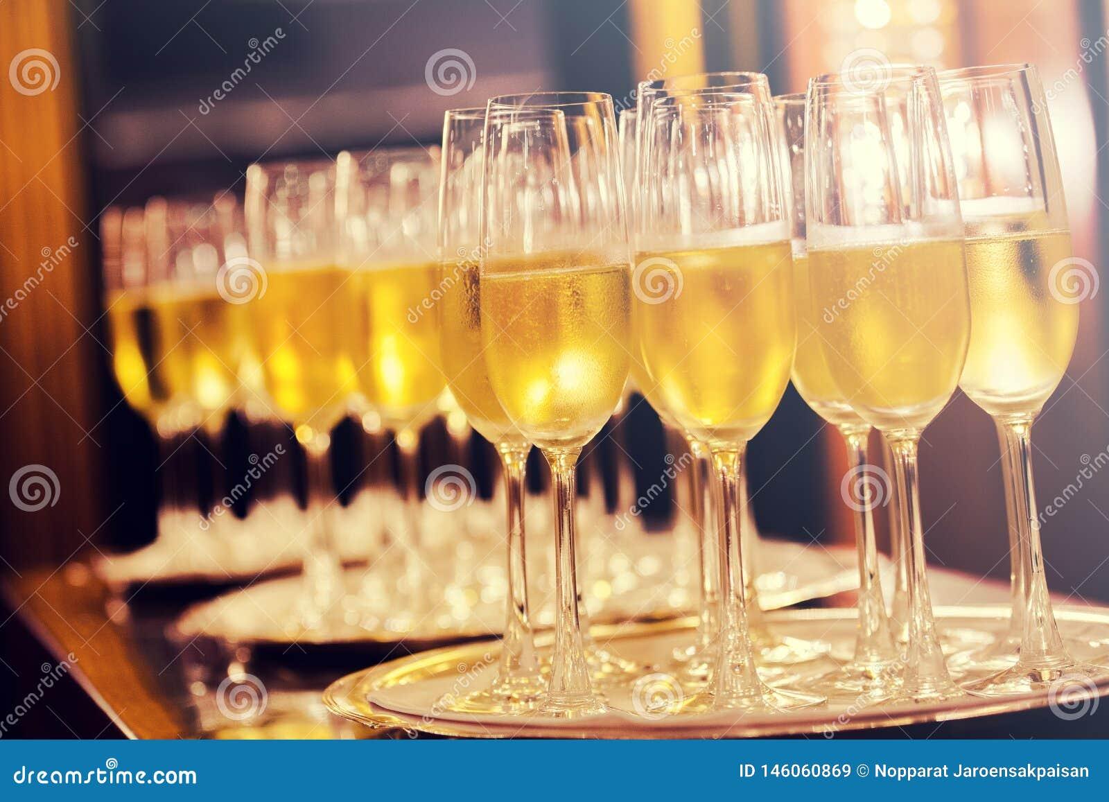 Champagneexponeringsglasbakgrund Champagne med den isolerade flygballonger och santa hatten
