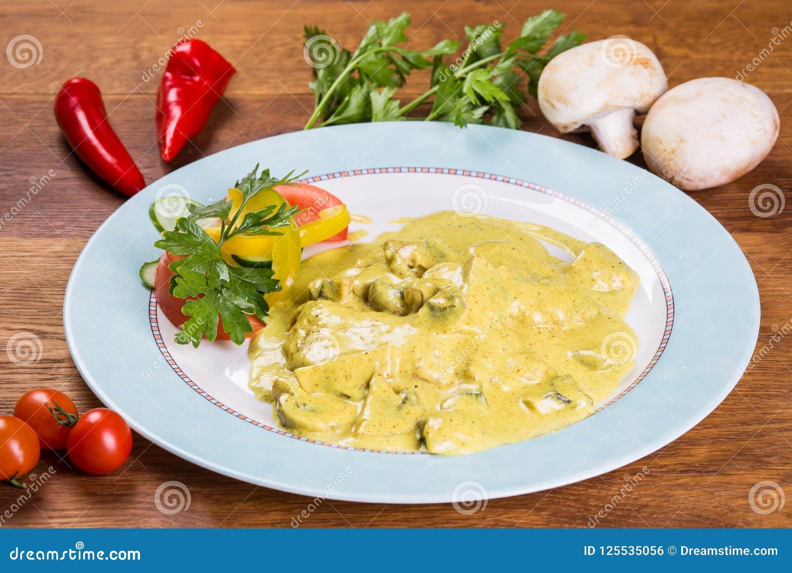 Champiñones en una salsa Plato con la ensalada de las verduras frescas