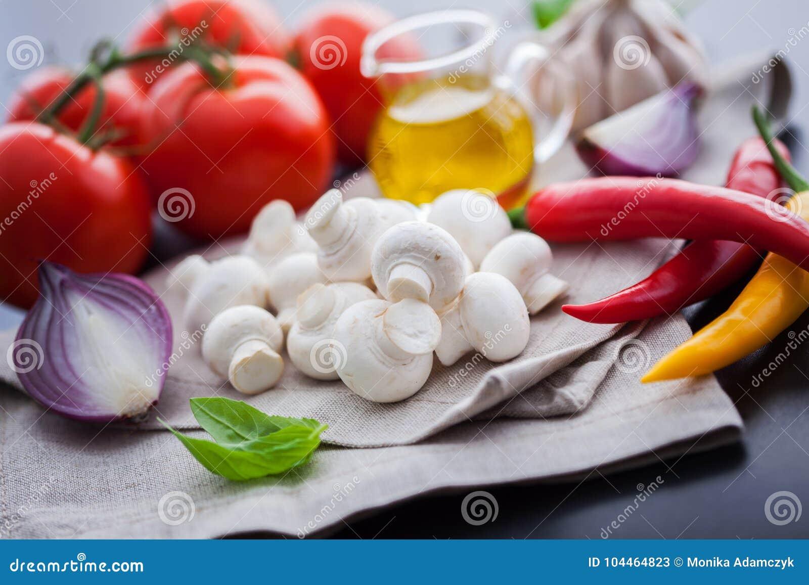 Champignon de paris de champignon avec les ingrédients italiens