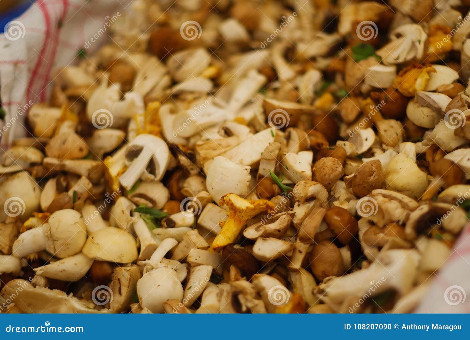 Champignons coupés en tranches au marché
