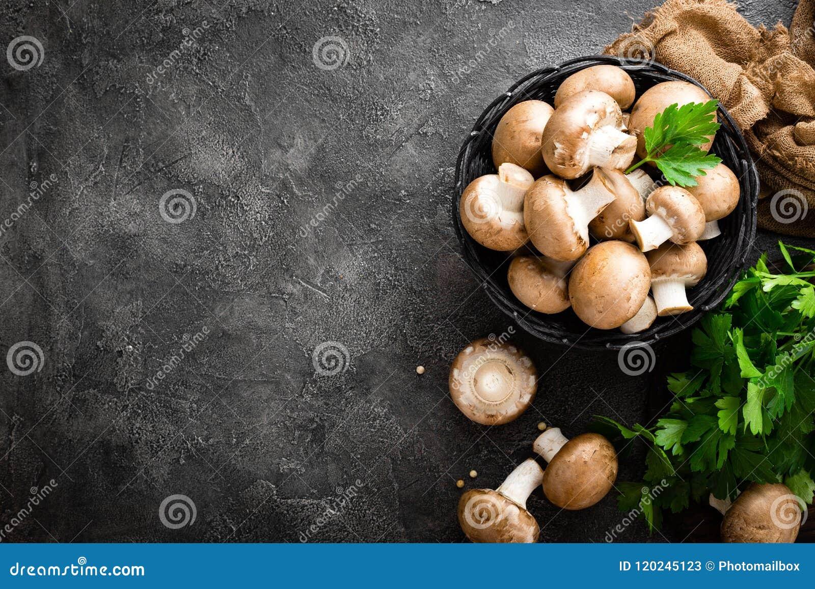 Champignons de couche Champignons frais dans le panier