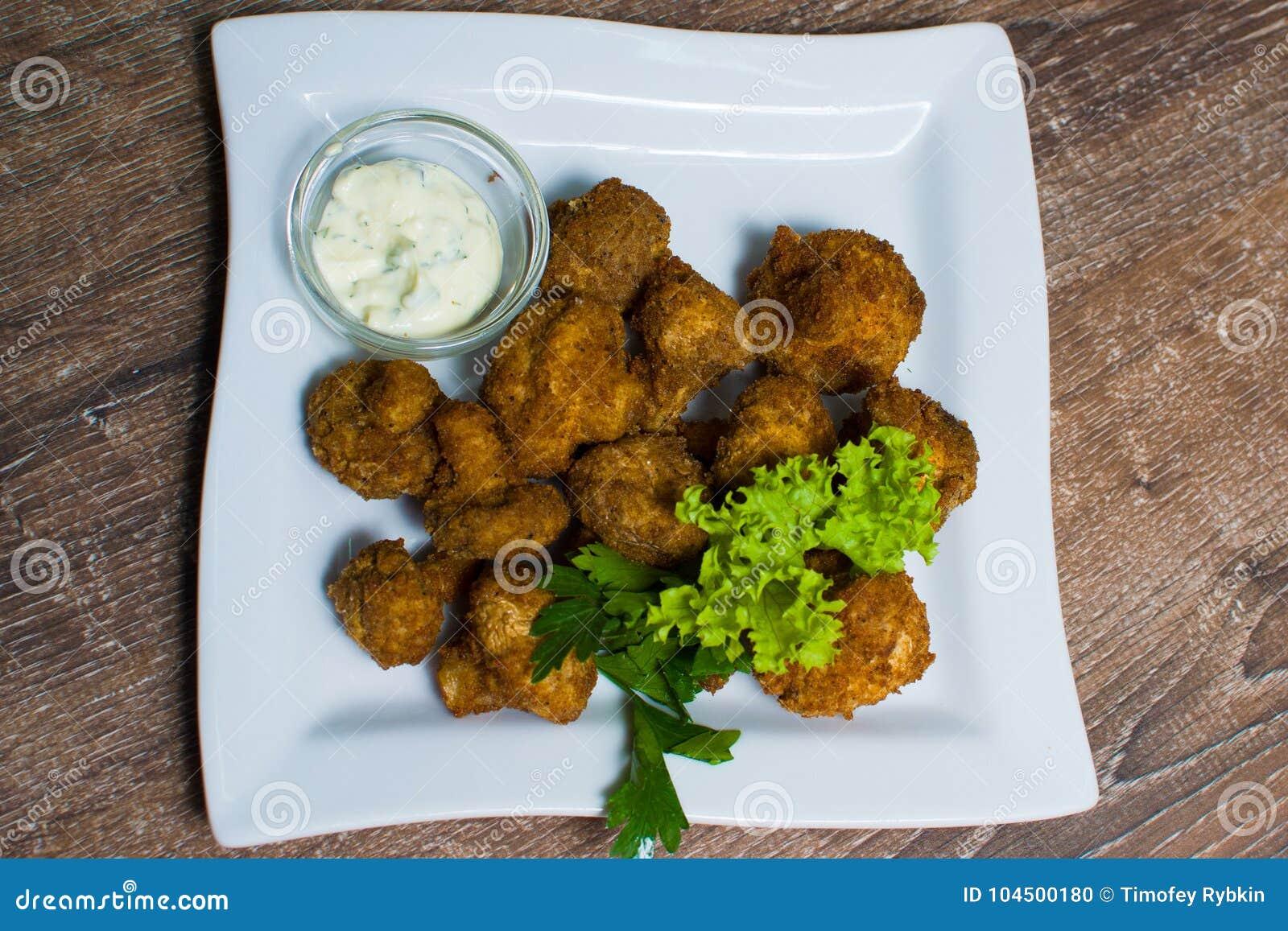 Champignons de paris frits avec de la sauce