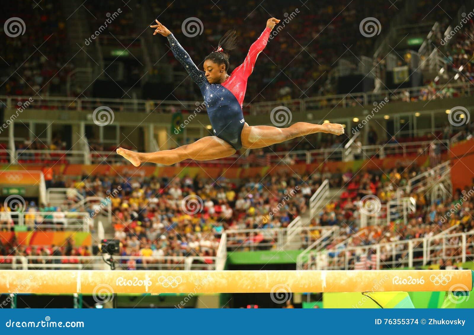 Champion olympique Simone Biles des Etats-Unis concurrençant sur le faisceau d équilibre à la qualification totale de la gymnasti